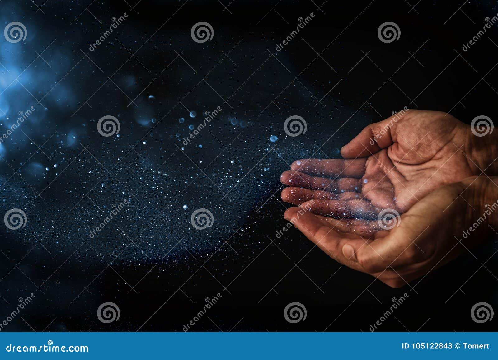 Close-uphanden van de mens die voor hulp bedelen concept voor armoede of honger, die voor licht in dark zoeken