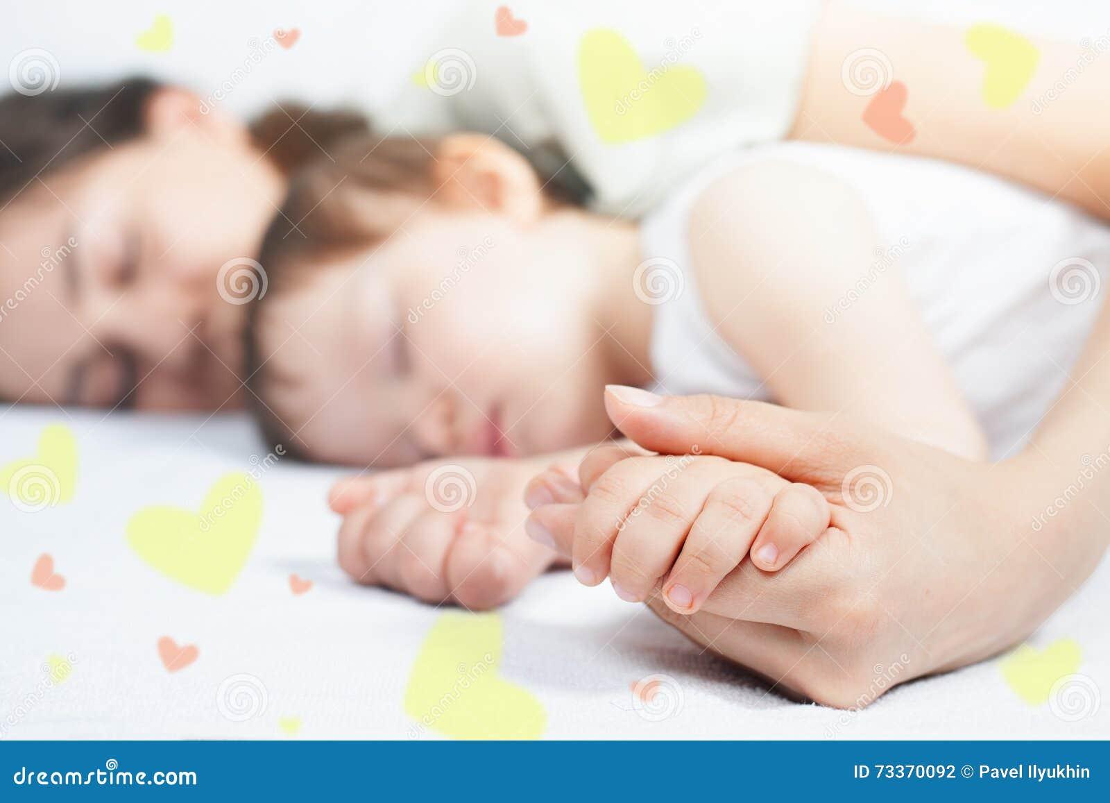 Close-uphanden van moeder en baby
