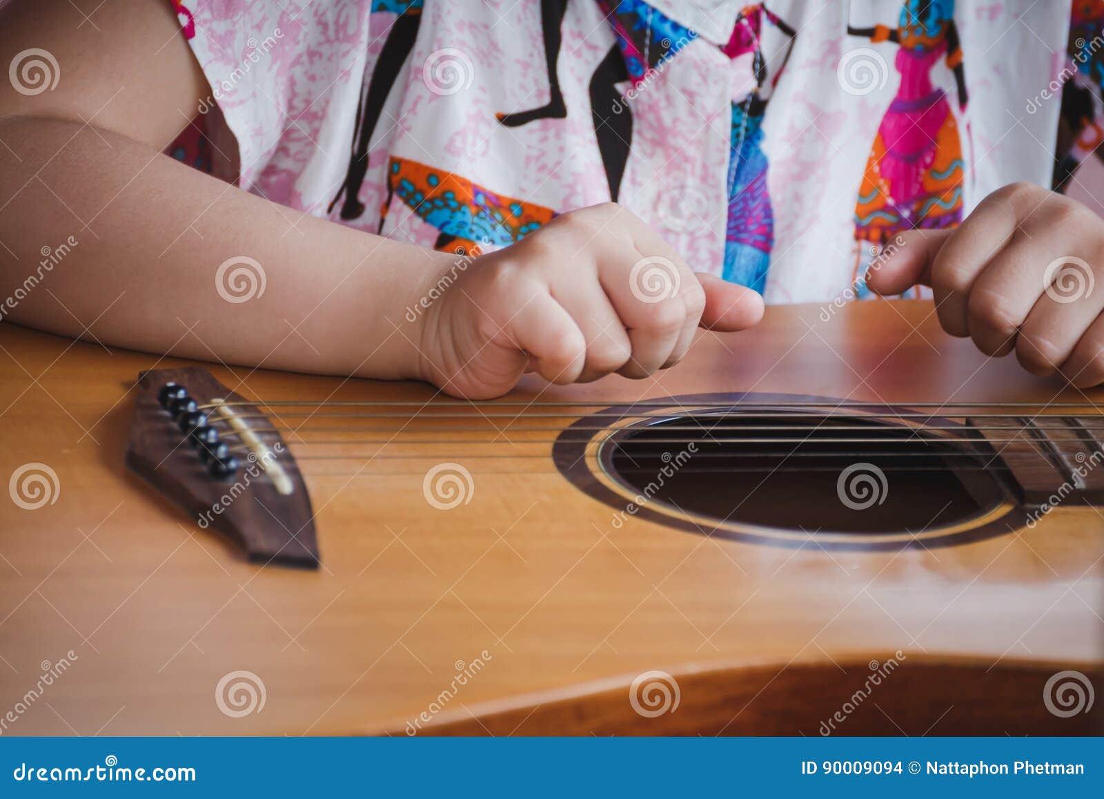 Close-upkind het spelen gitaar Concept liftstyle, het leren, hobby, musicus, droom en verbeelding