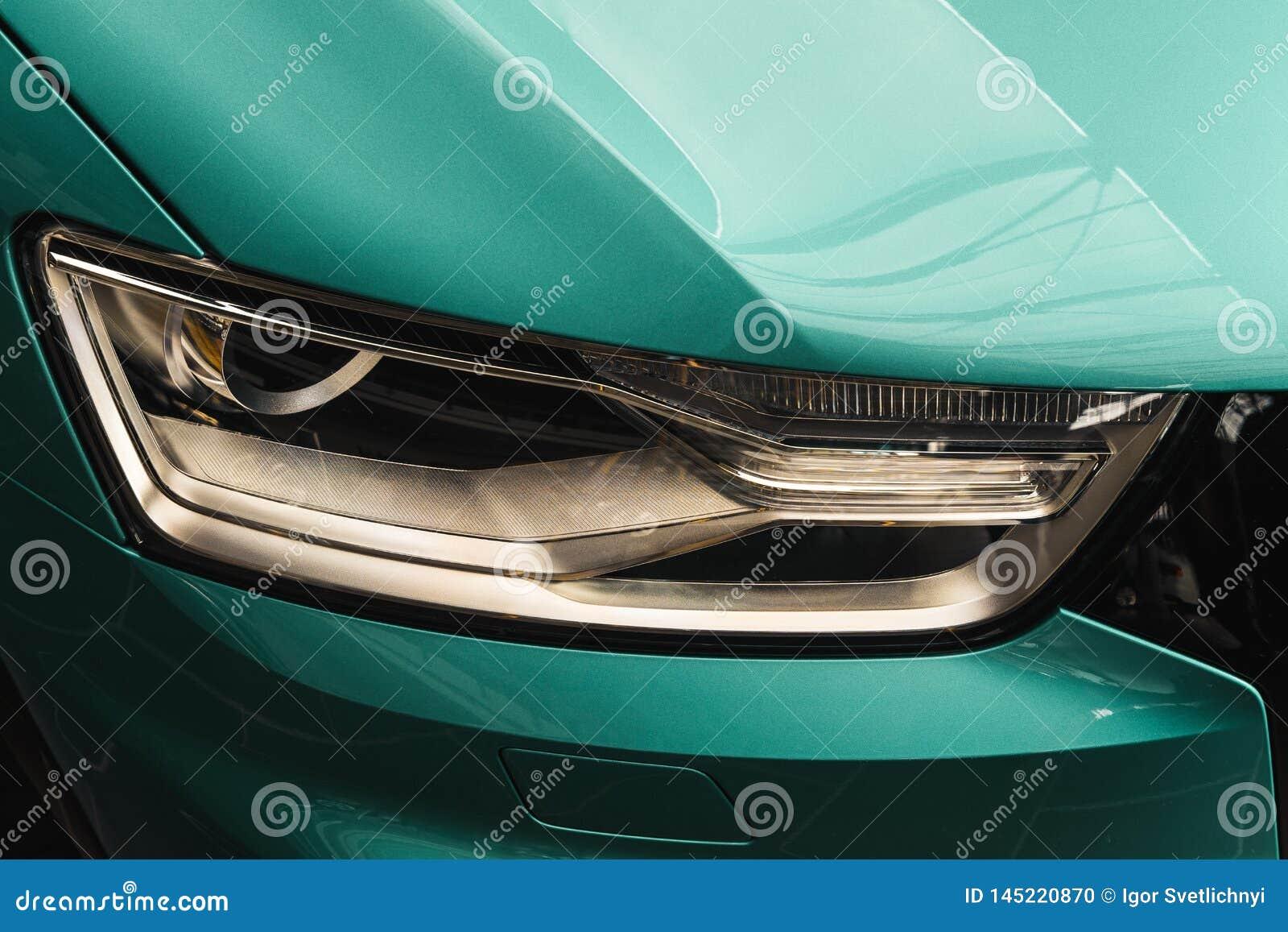Close-upkoplampen van een moderne auto van de Muntkleur