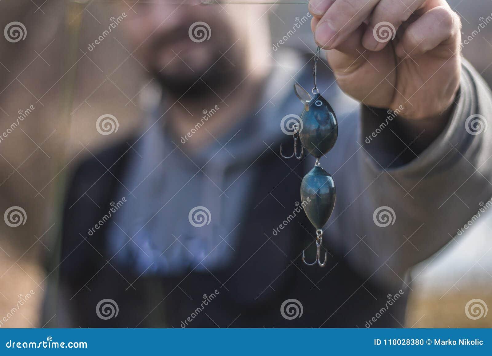 Close-upmening - de visser gezet op aas op hakenhengels