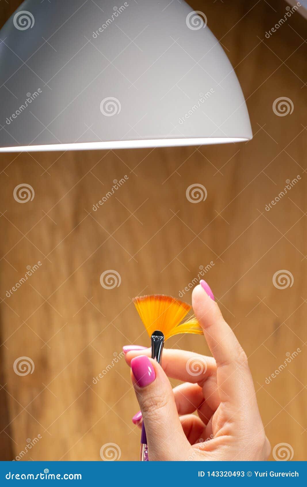 Close-upmening van handen met manicure van jonge vrouw