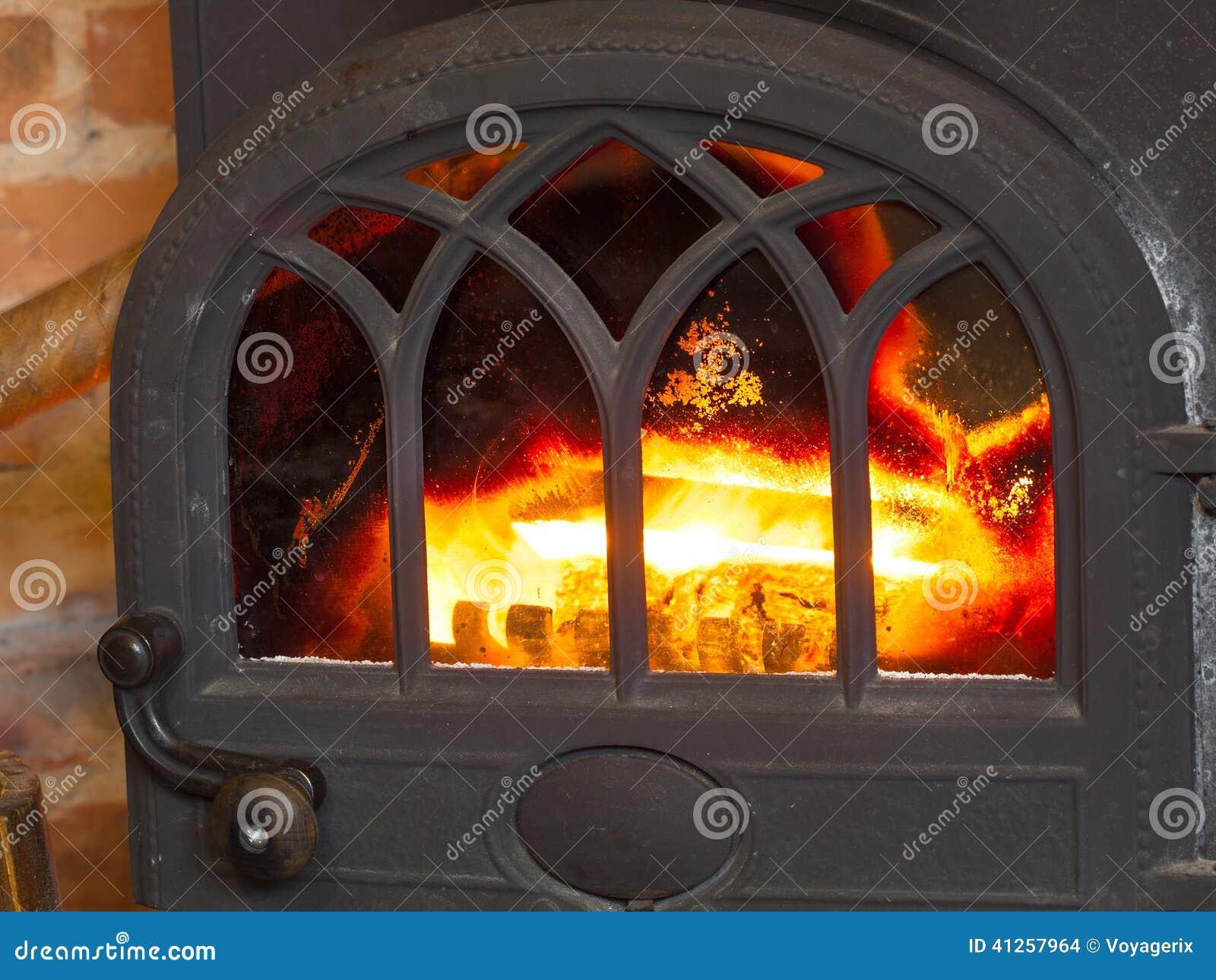 Close-upopen haard met brandbinnenland heating