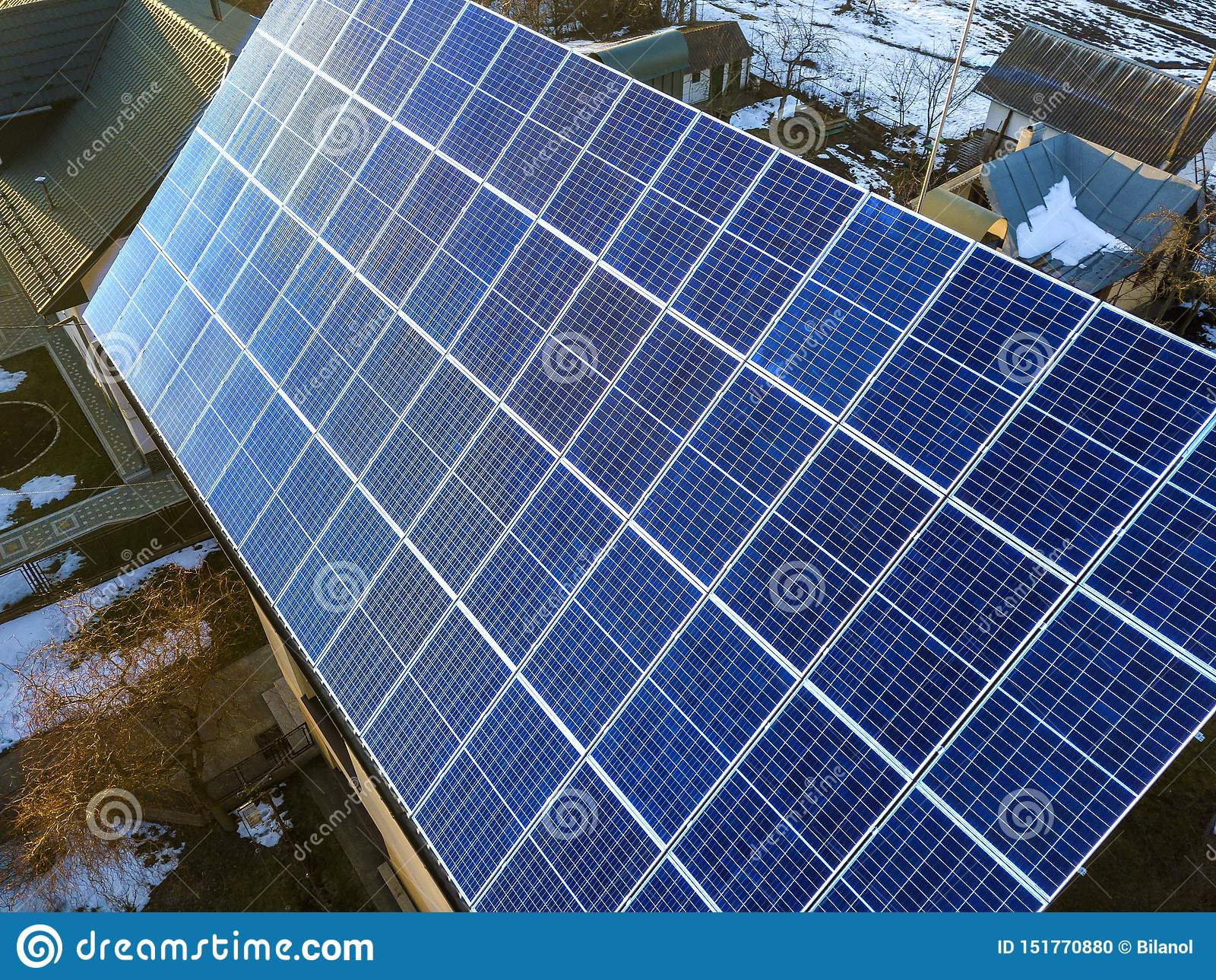 Close-upoppervlakte van aangestoken door voltaic de panelensysteem van de zon blauw glanzend zonnefoto bij de bouw van dak Vernie