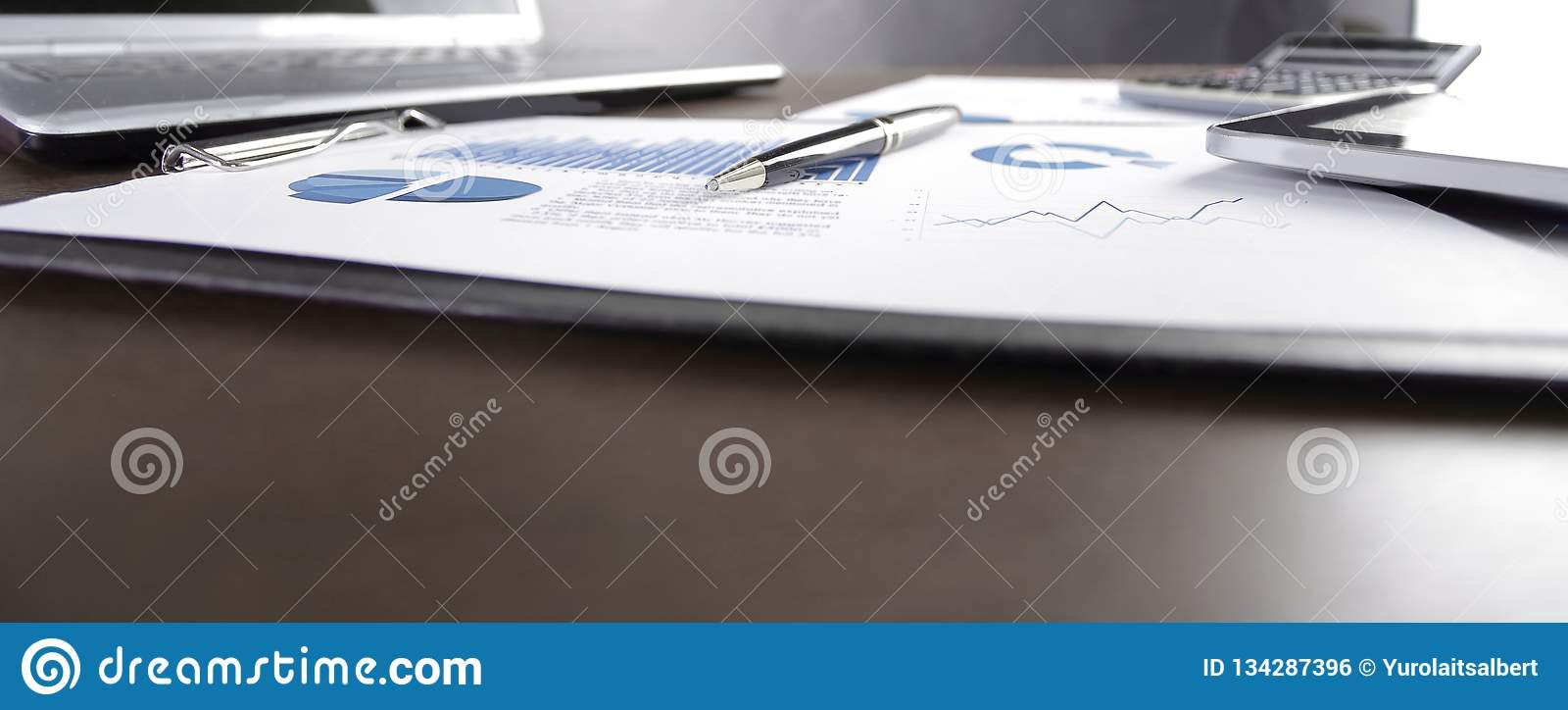 Close upp finansiell diagram och bärbar dator på skrivbordet