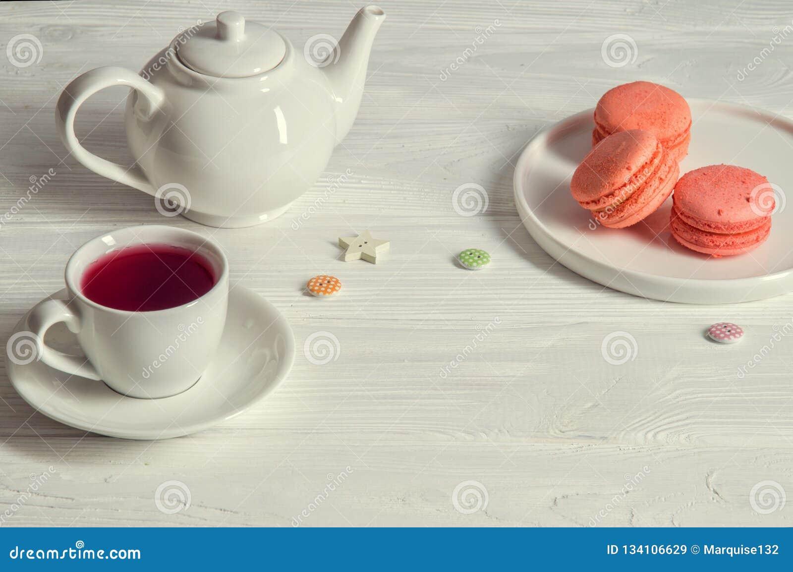 Close upp lantlig livstid fortfarande Provence frukostfärg som bor korall Ljusa macarons på en rund platta