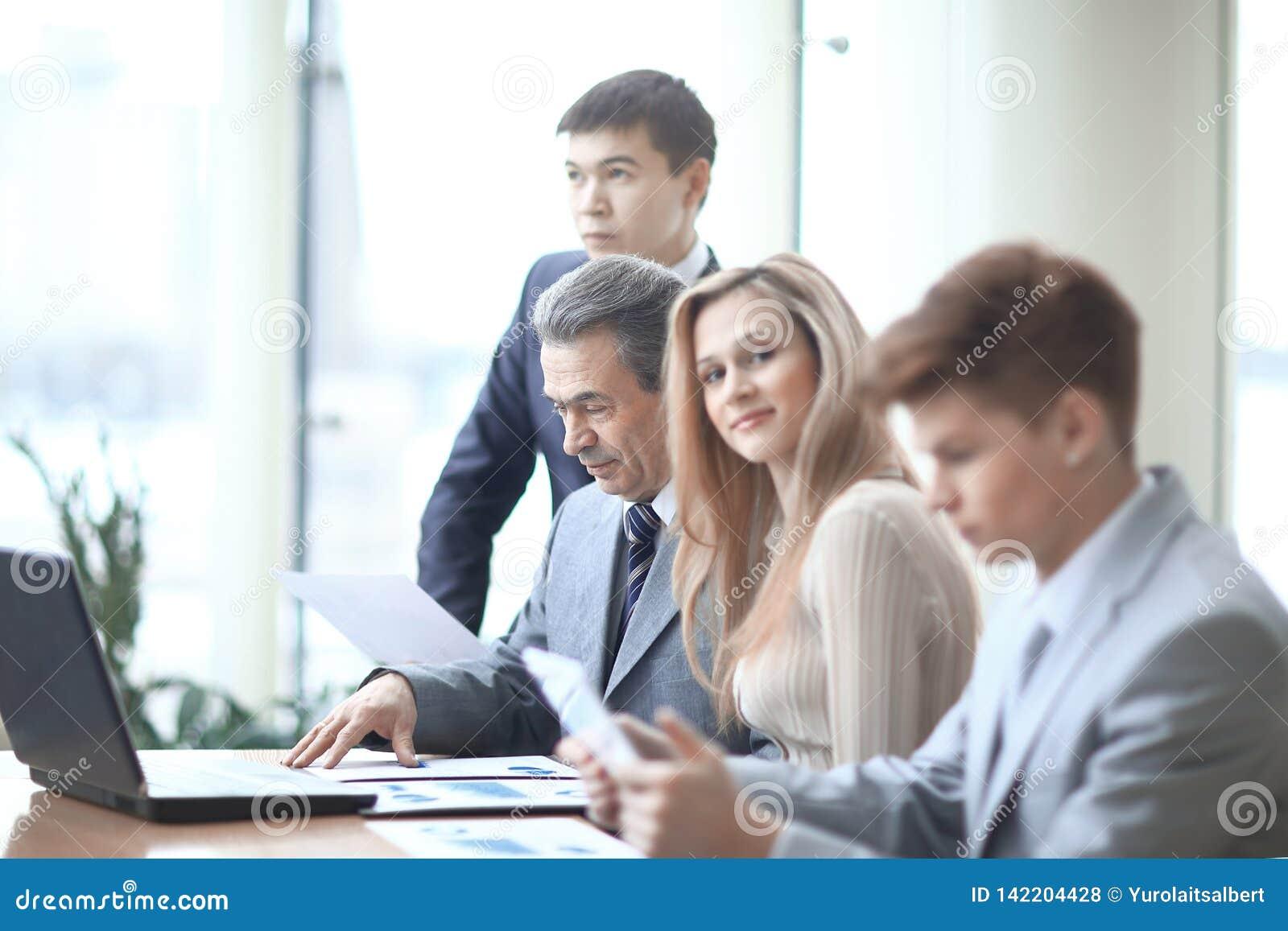 Close upp ung affärskvinna och affärslagen i arbetsplatsen i kontoret