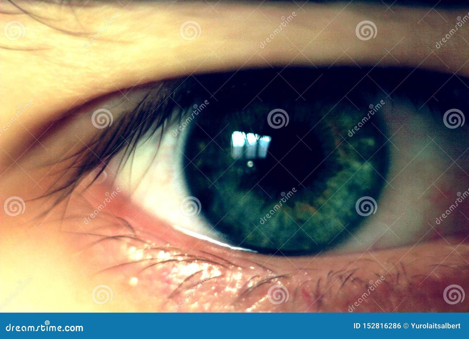 Close upp ung mans ögon begrepp av perspektiv