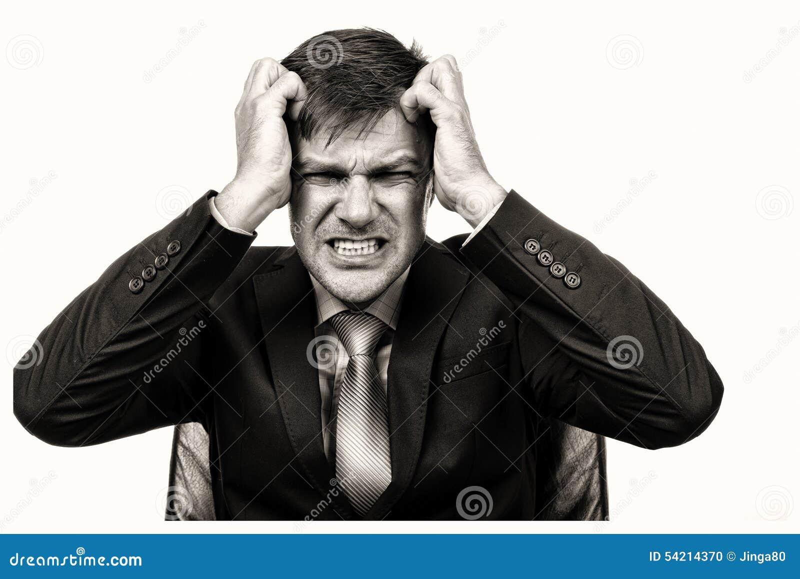 Close-upportret van een gefrustreerde zakenman die zijn haar trekken