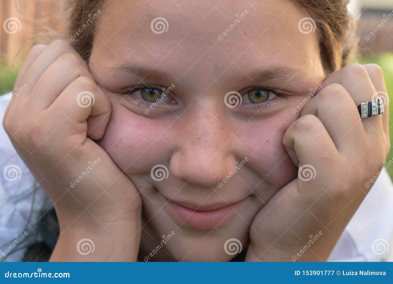 Close-upportret van een meisje van 13 jaar oud met groene ogen