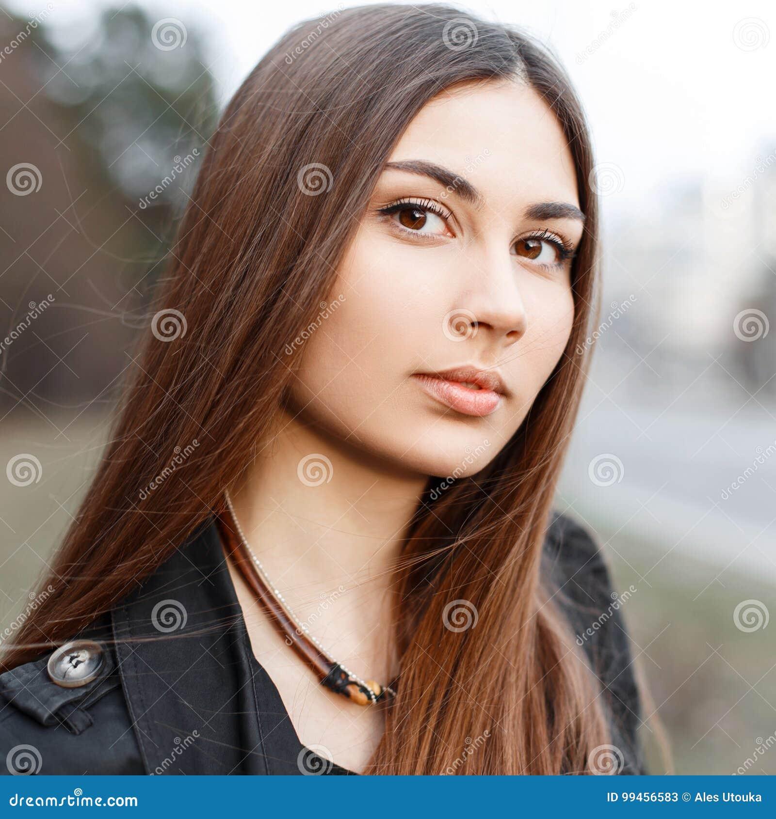 Close-upportret van een mooi jong meisje met verbazend bruin e