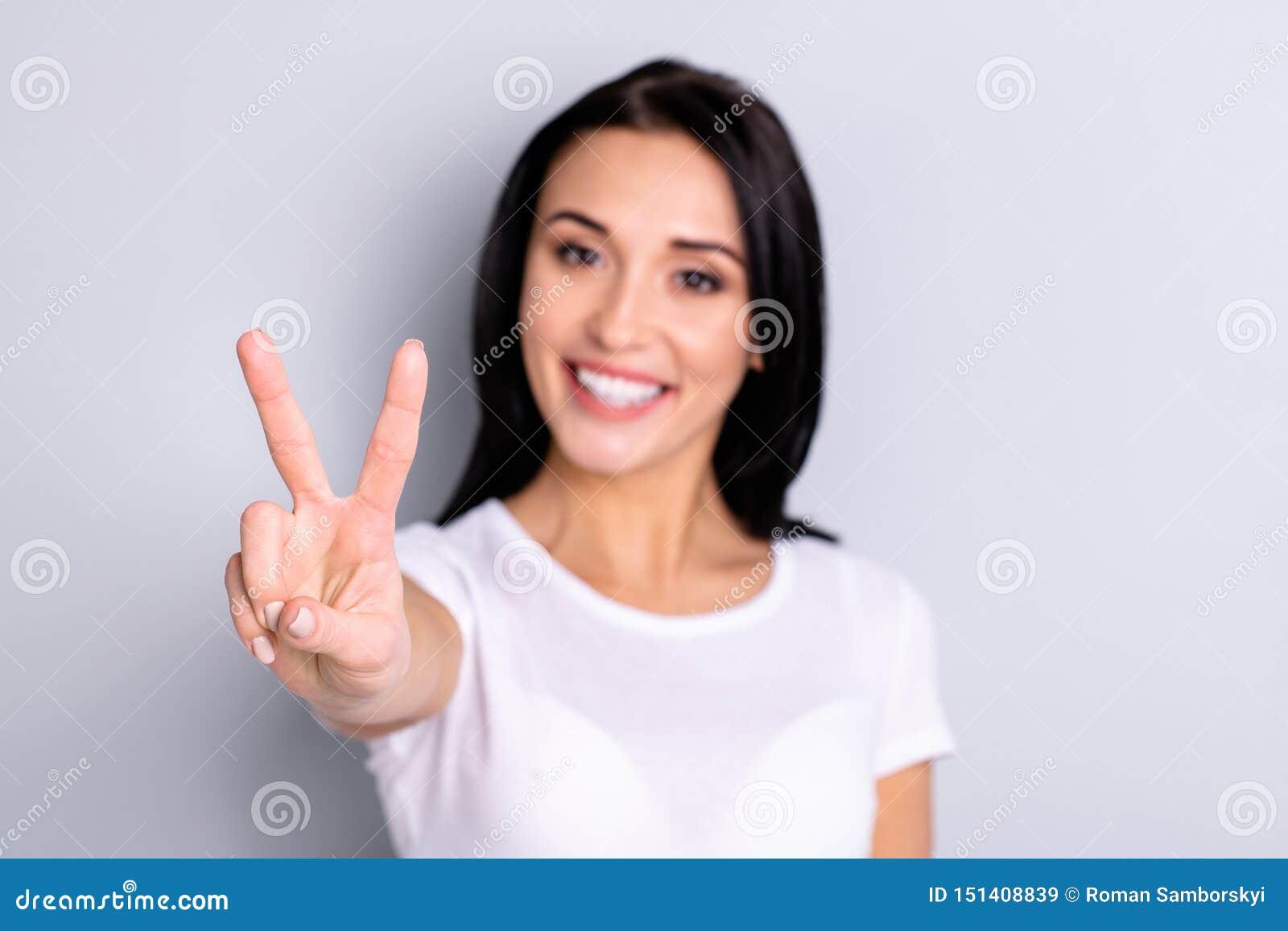 Close-upportret van haar glanst zij aardige aantrekkelijke mooi lief optimistisch charmant tevreden vrolijk vrolijk meisje
