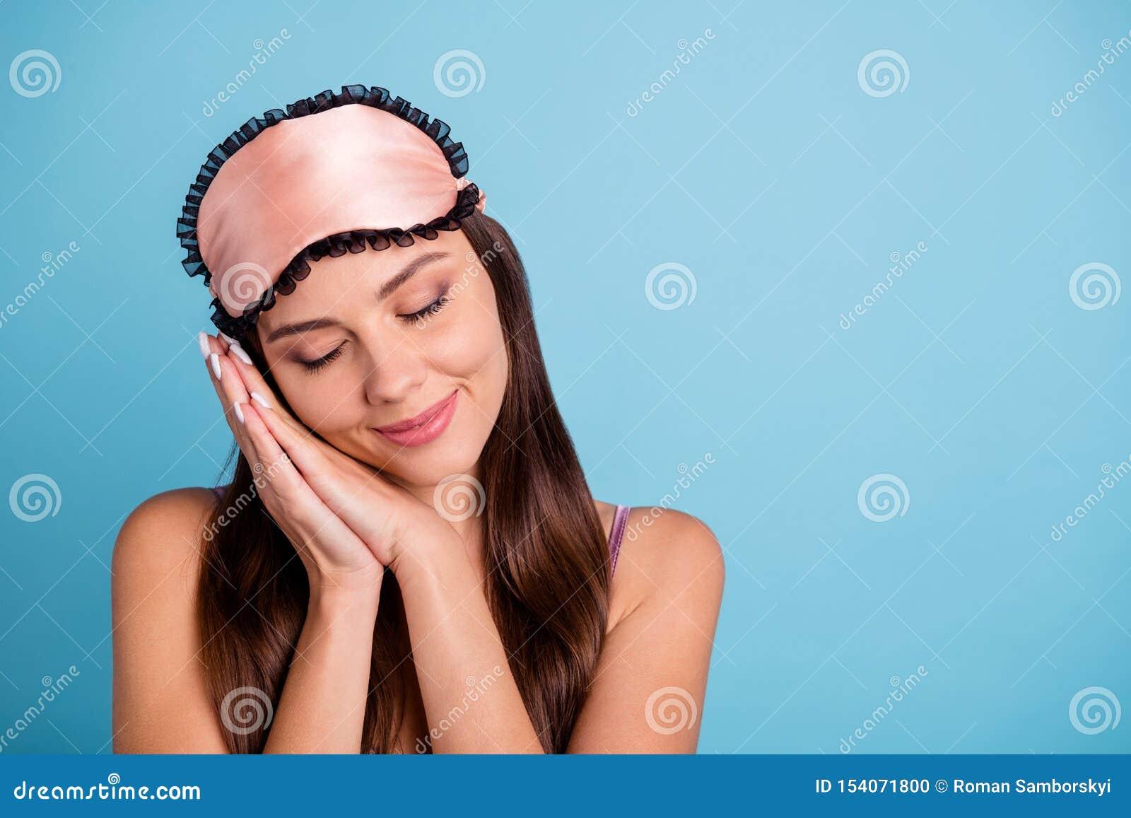 Close-upportret van haar zij mooi aantrekkelijk mooi lief zoet vrouwelijk vrolijk meisje die rust gesloten ogen hebben