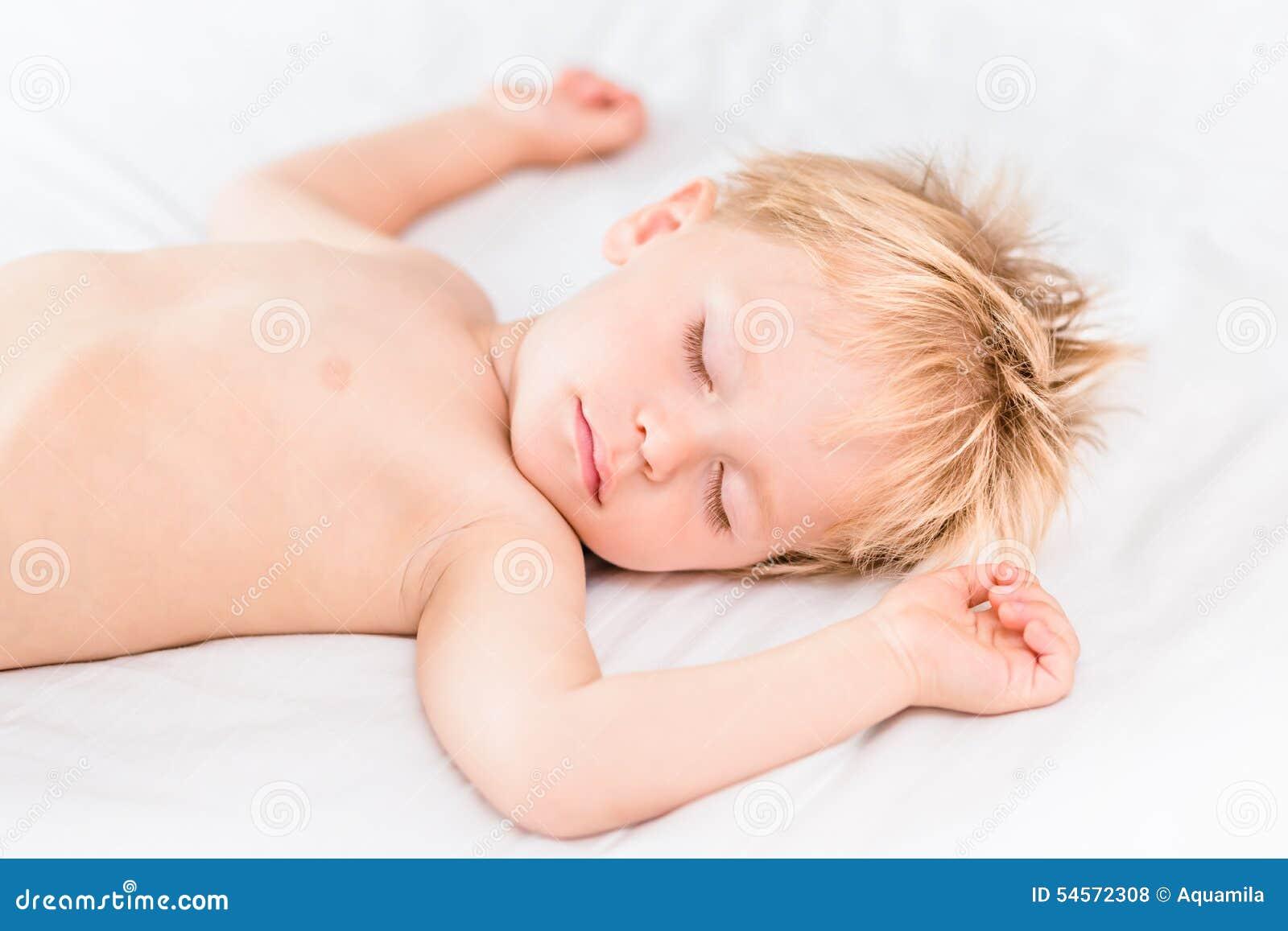 Close-upportret van het slapen van weinig jongen met blond haar