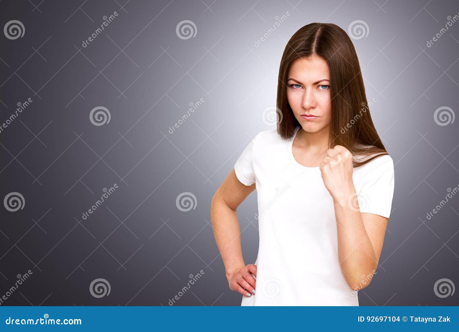 Close-upportret van jonge boze geërgerde vrouw met slechte houding die bespreking geven aan handgebaar die vuistgrijs tonen