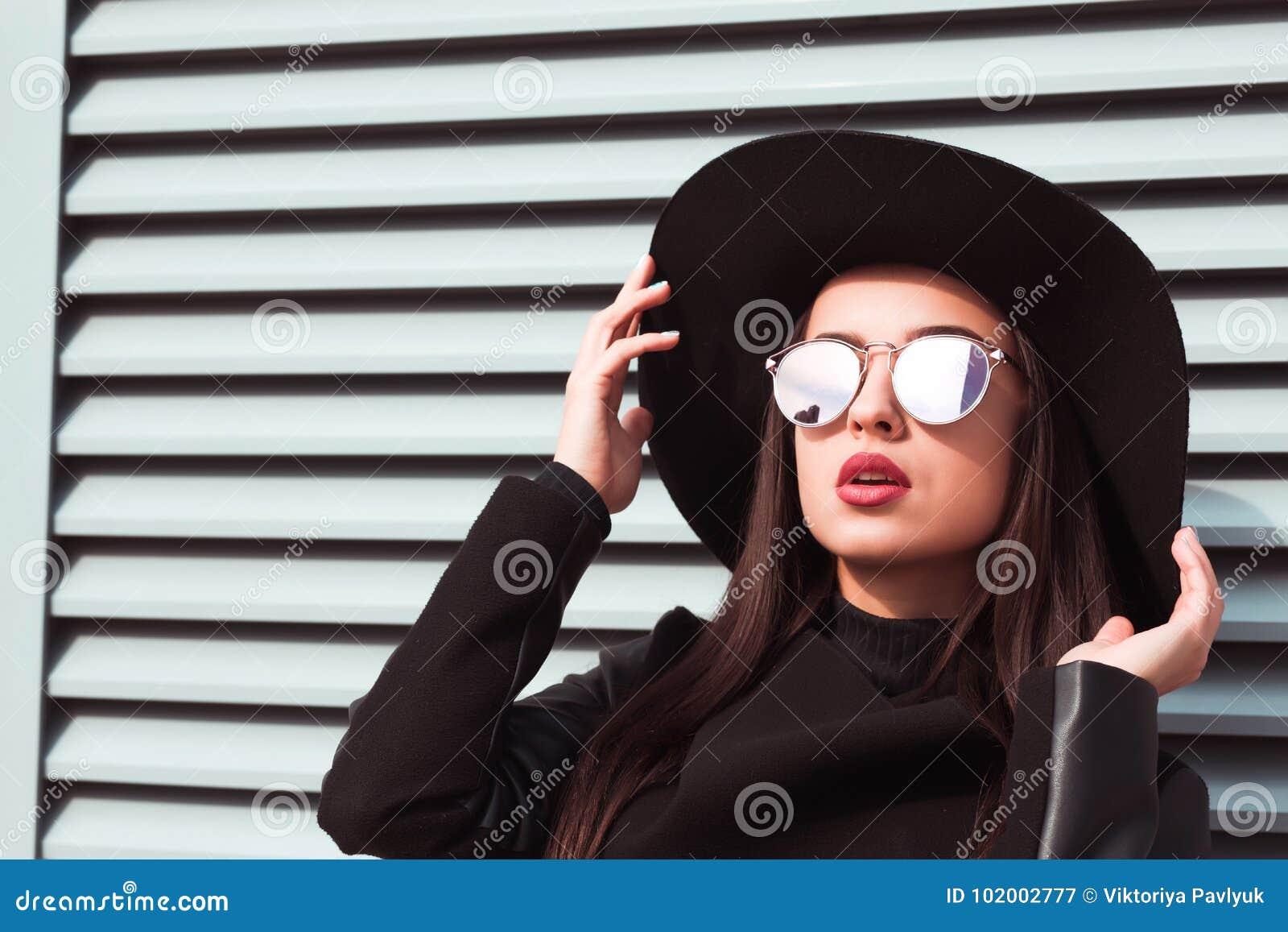 Close-upportret van mooi donkerbruin model die glazen en Ha dragen