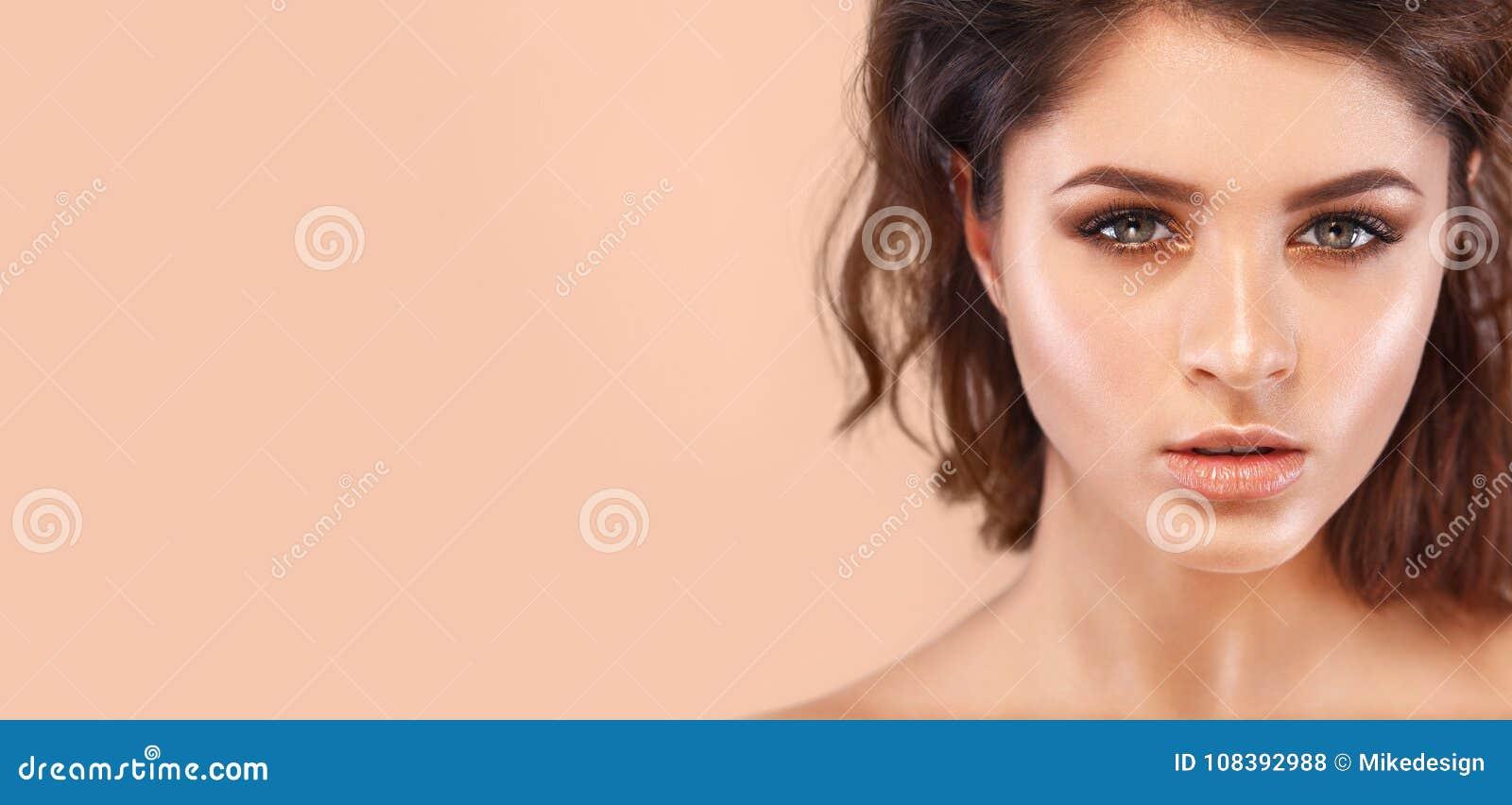 Close-upportret van mooie jonge vrouw met schone en verse huid Naakte make-up Concept voor de kosmetiekadvertenties met exemplaar