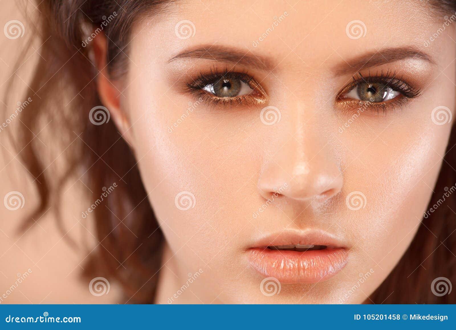 Close-upportret van mooie jonge vrouw met schone en verse huid Naakte make-up Gezichtsbehandeling Concept voor