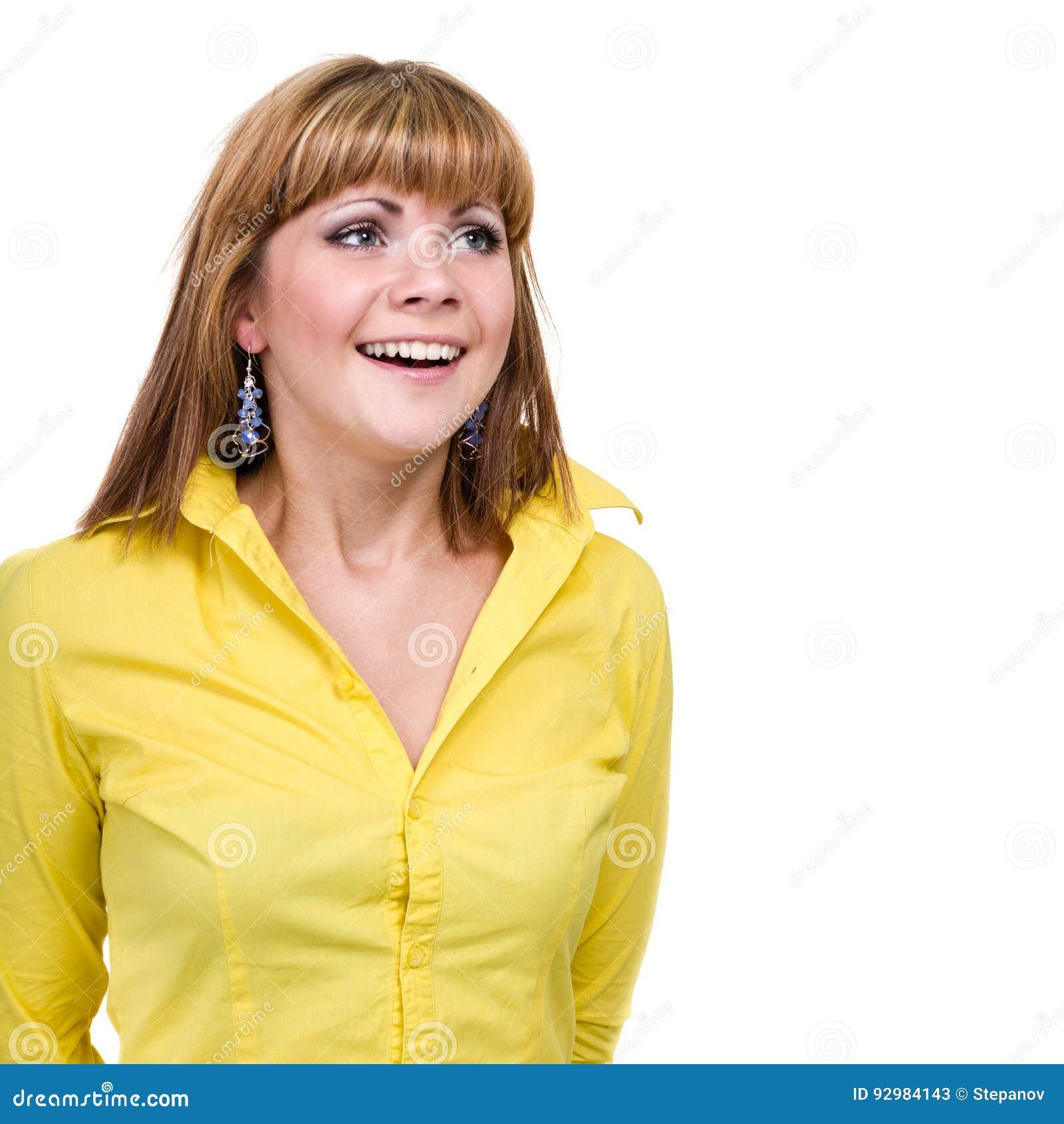 Close-upportret van verraste jonge die dame op wit met copyspace wordt geïsoleerd