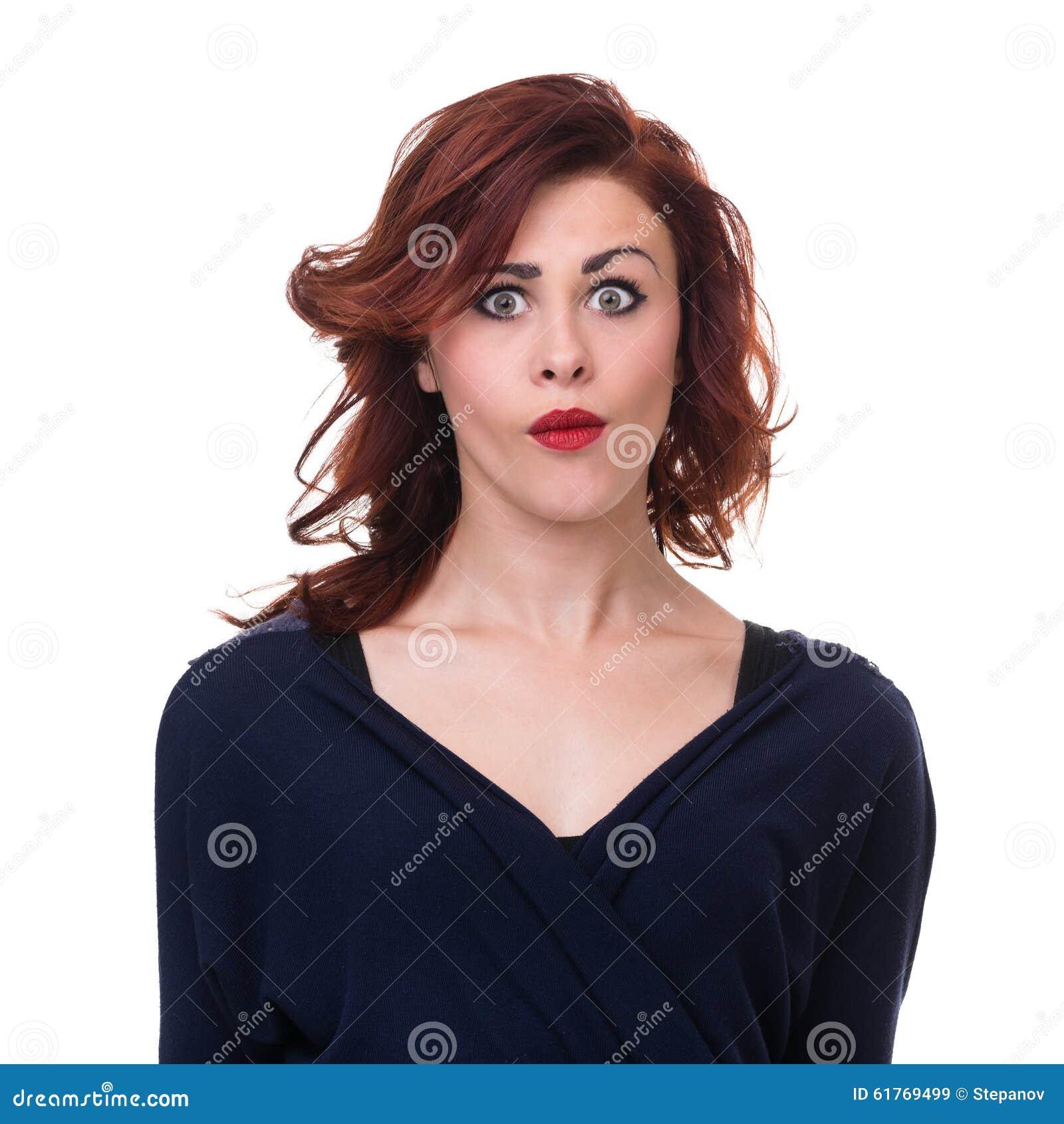 Close-upportret van verraste jonge geïsoleerde dame