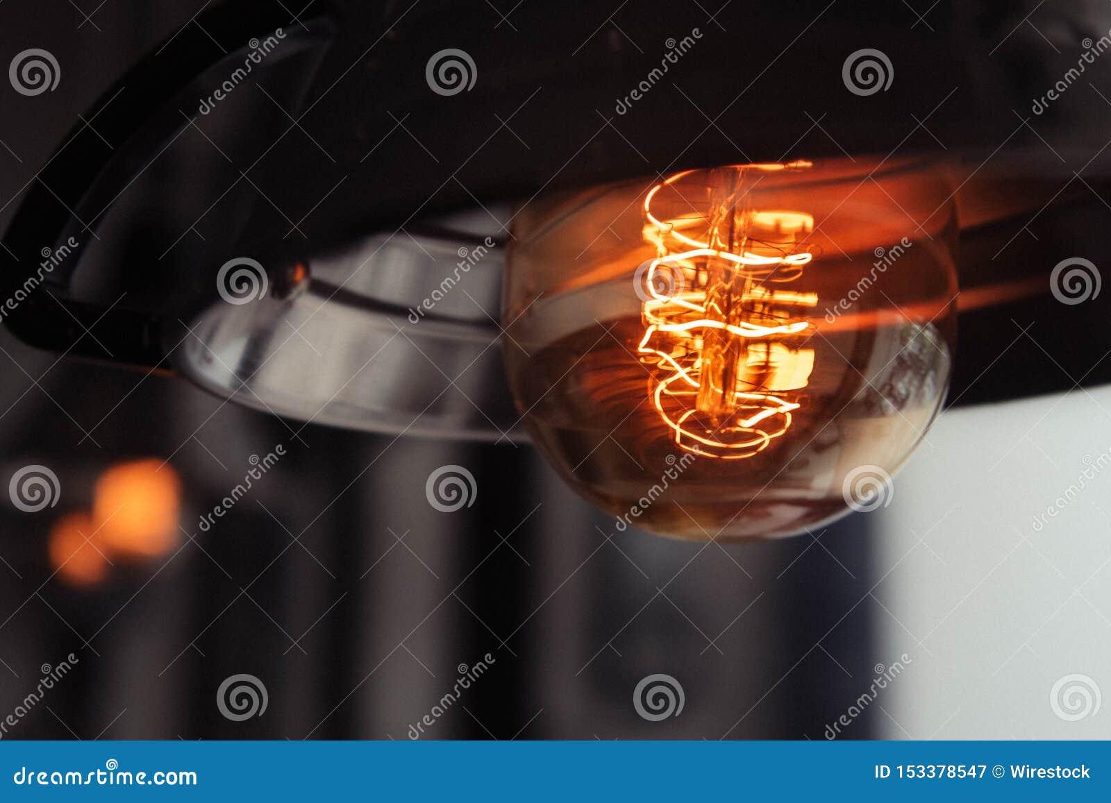 Close-upschot van een aangestoken grote lightbulb met een vage achtergrond