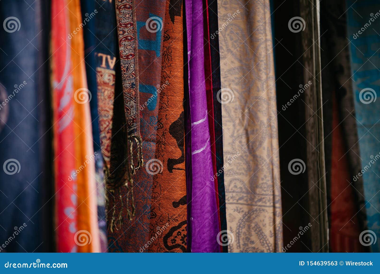 Close-upschot van geassorteerde kleurrijke gevormde doek