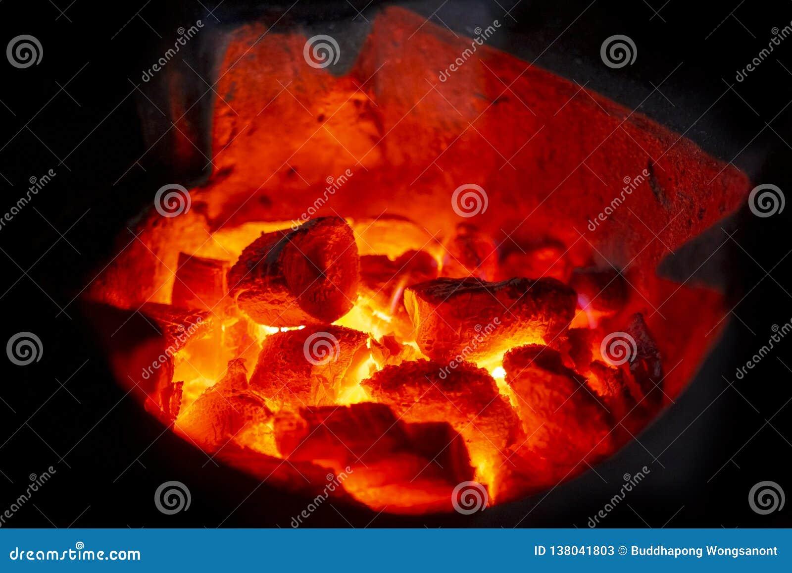 Close-upschot van houtskool het branden gloed in een fornuis