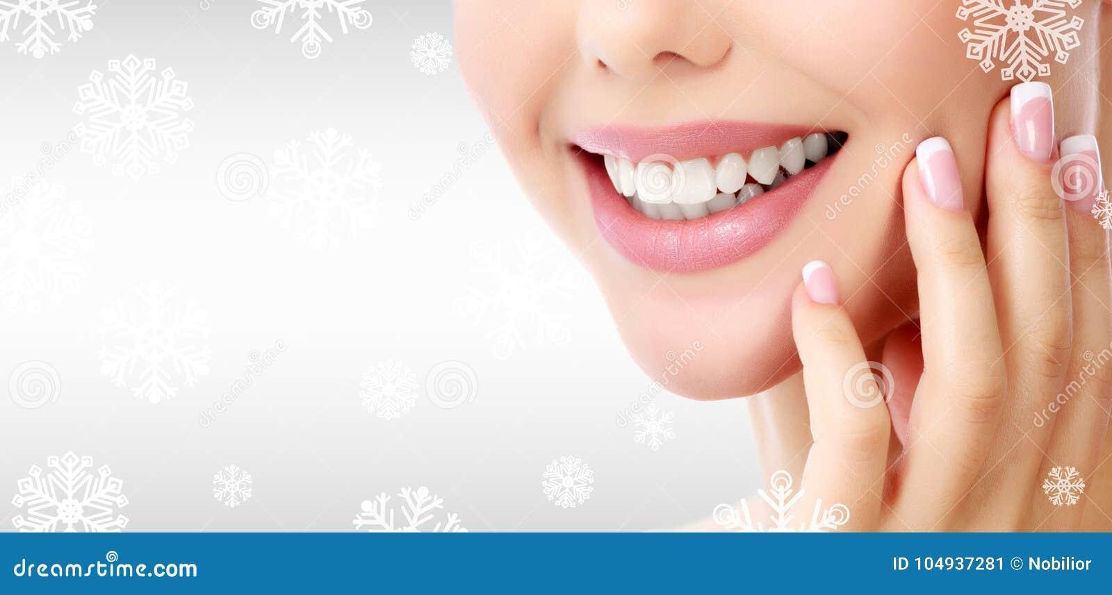 Close-upschot van vrouwen` s toothy glimlach
