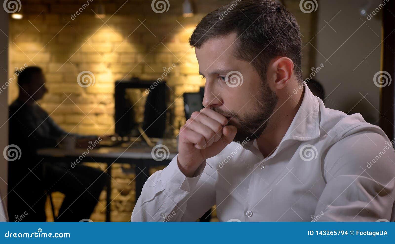 Close-upspruit van het volwassen Kaukasische zakenman typen op laptop die en ziek binnen in het bureau hoesten zijn