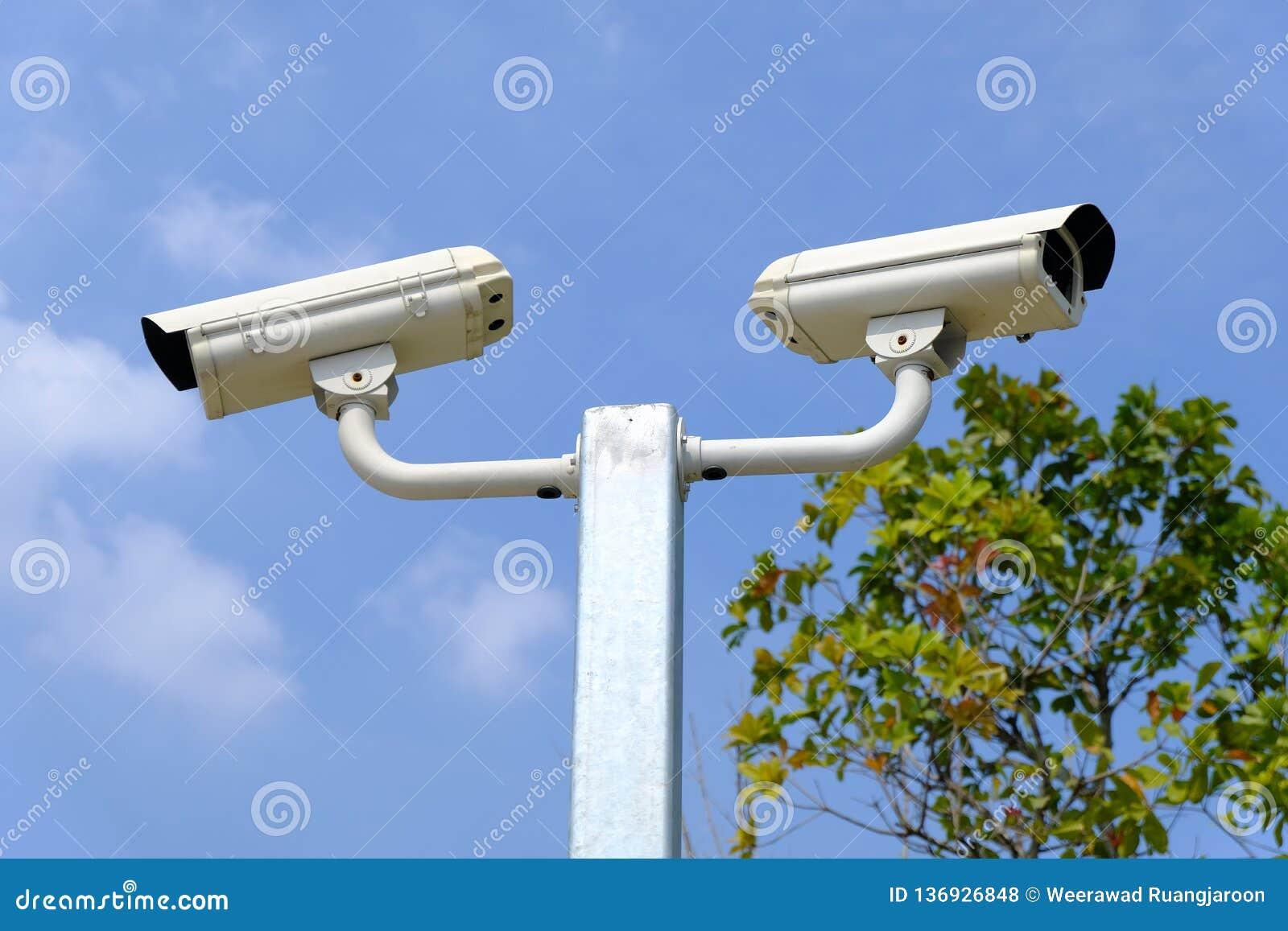 Closed-circuit kamera eller CCTV på himmelbakgrunden