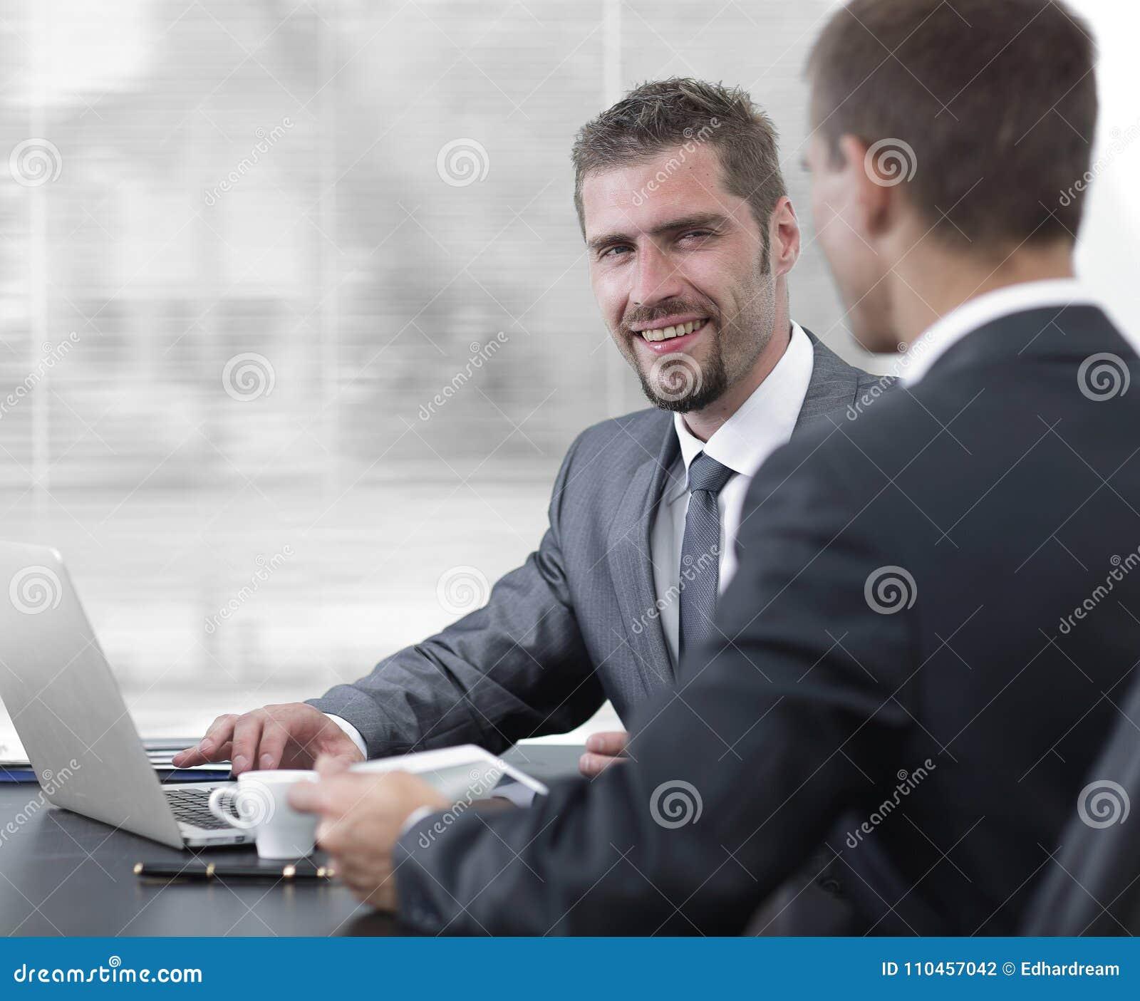 Closeup Affärskollegor som sitter på ett skrivbord