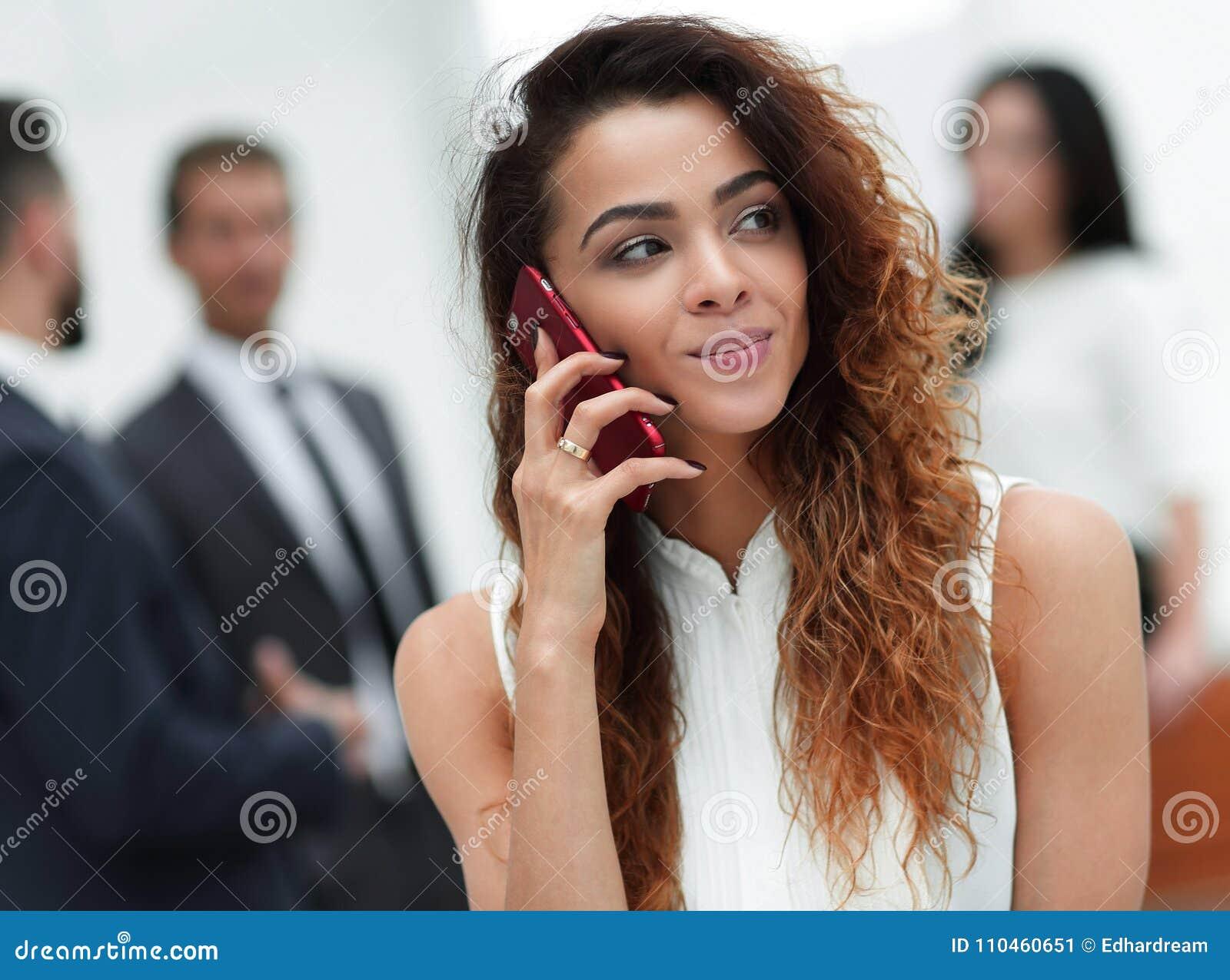 Closeup Affärskvinna med en smartphone