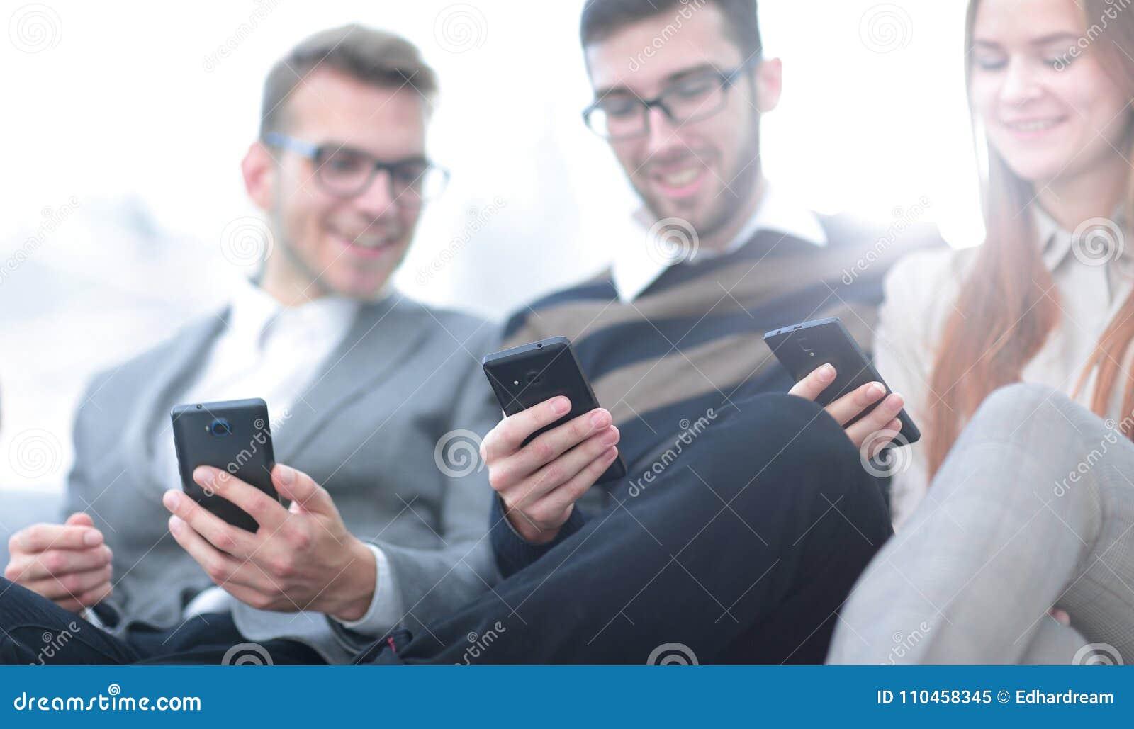 Closeup anställda som talar i arbetsplatsen