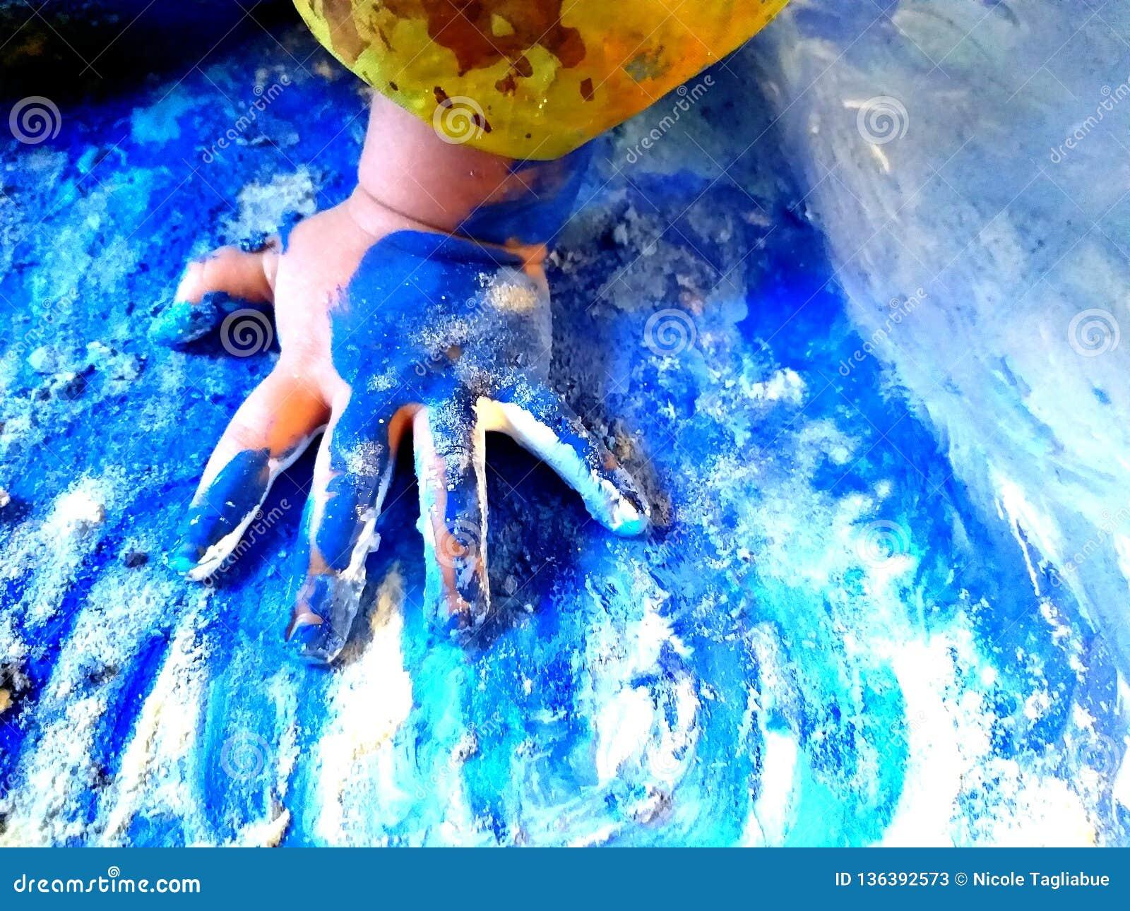 Closeup av barnhänder som målar under en skolaaktivitet - lära vid att göra, utbildning och konst, konstterapibegrepp