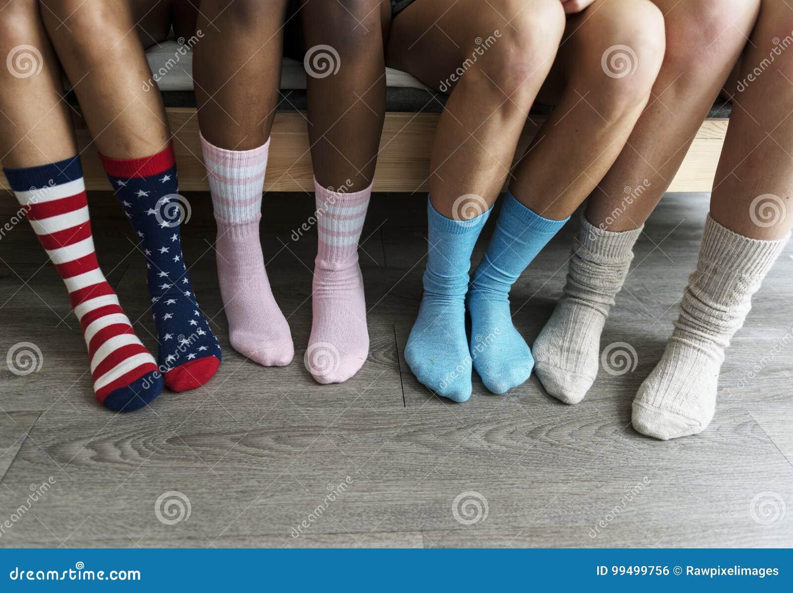 Closeup av ben med sockor