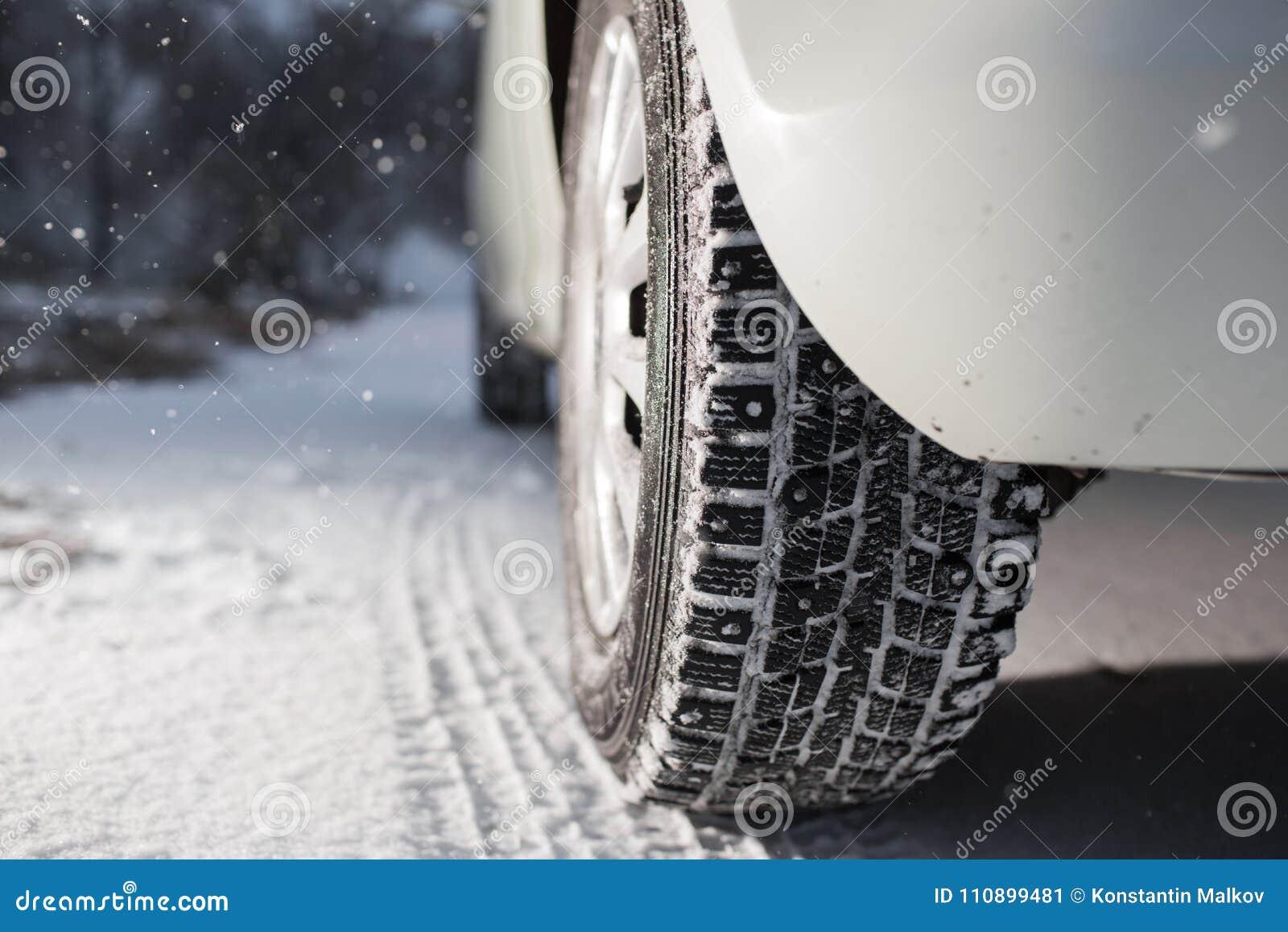 Closeup av bilgummihjul i vinter den första insnöade sena hösten