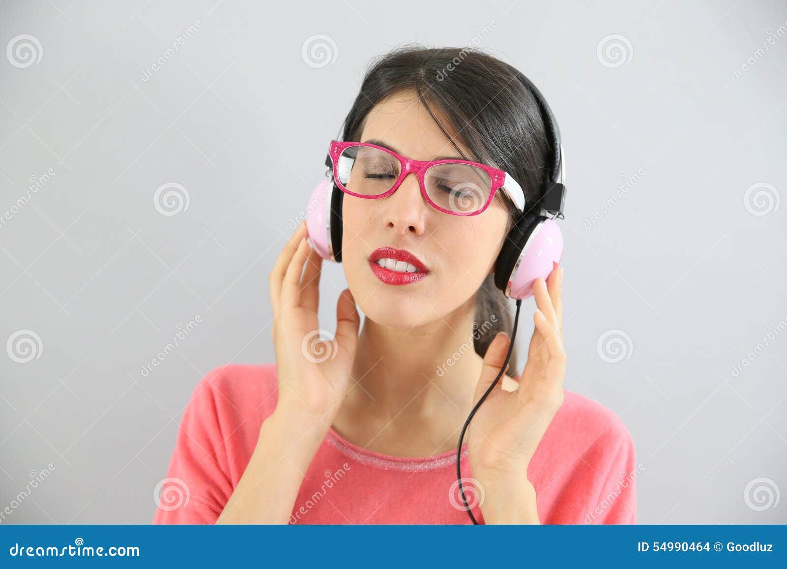 Closeup av brunettkvinnan som lyssnar till musik