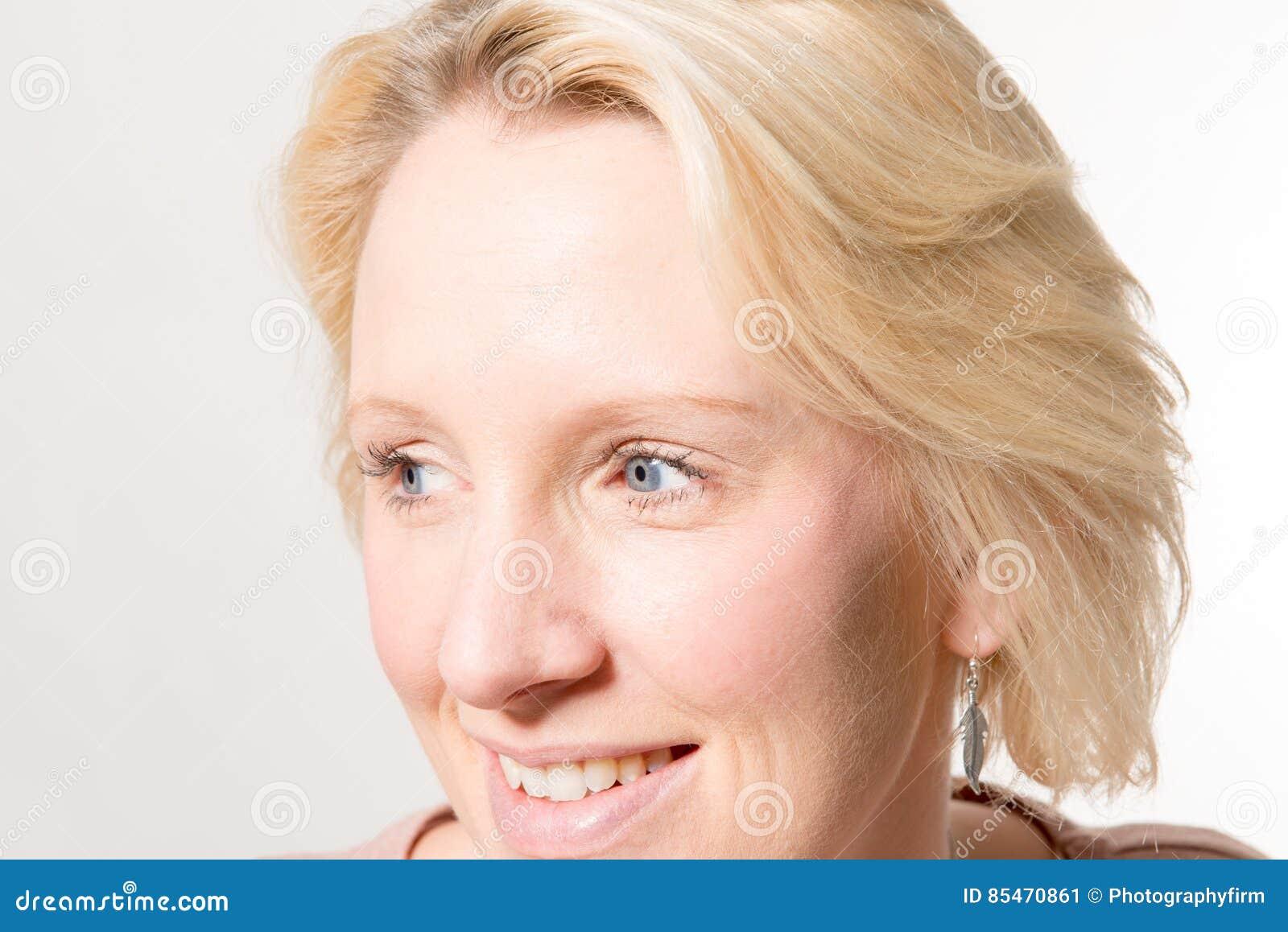 Closeup av den blonda damen Looking Away