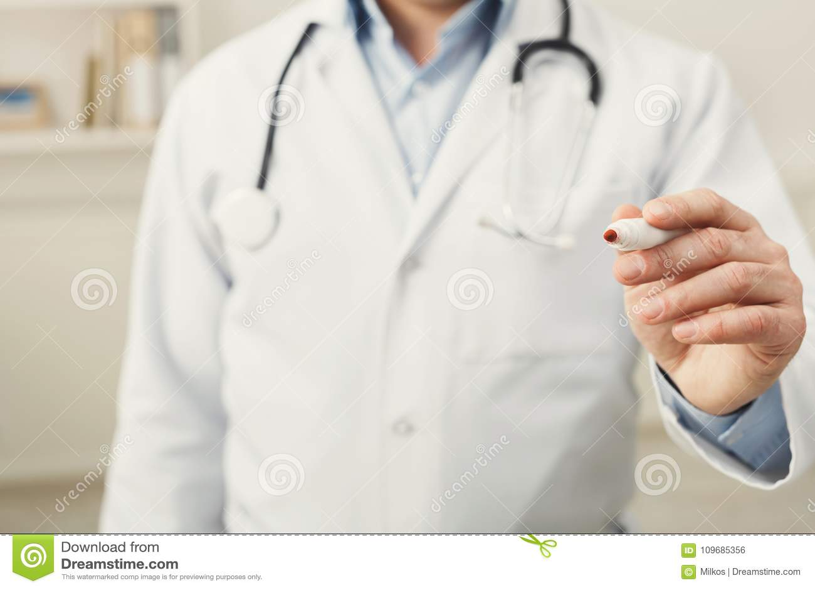 Closeup av den doktorshanden och pennan