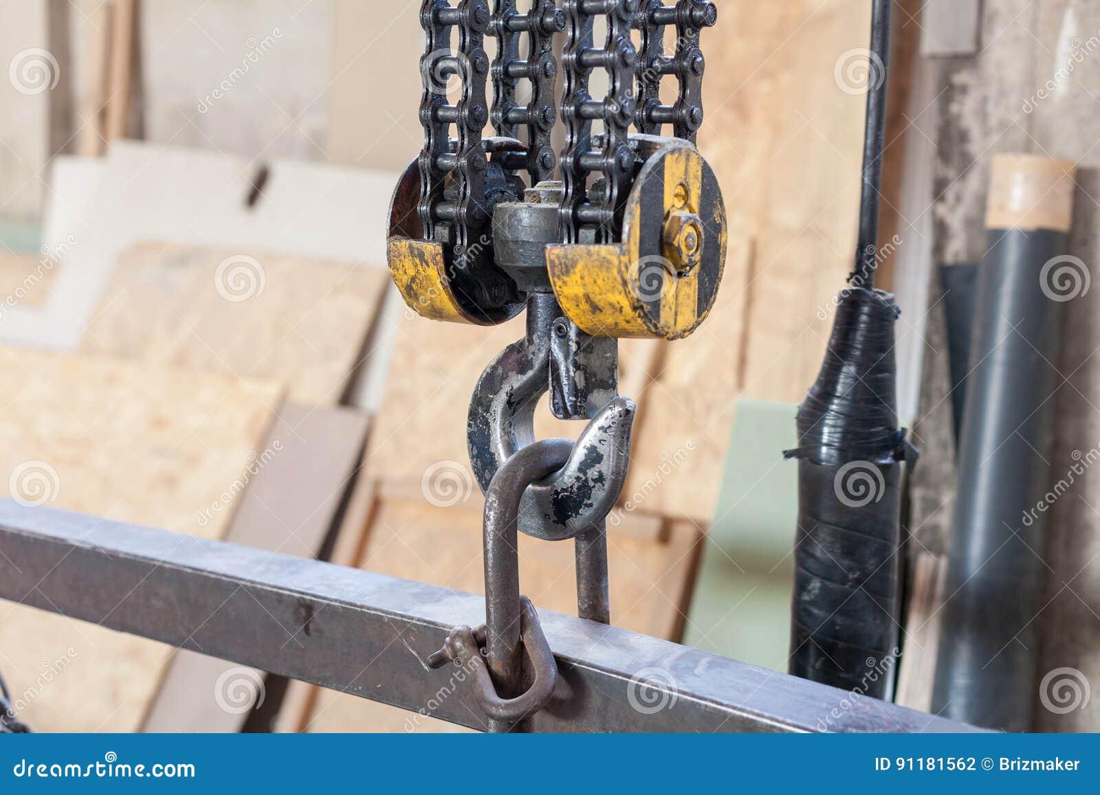 Closeup av den metalliska industriella kroken för att lyfta tungt ting i fabriken