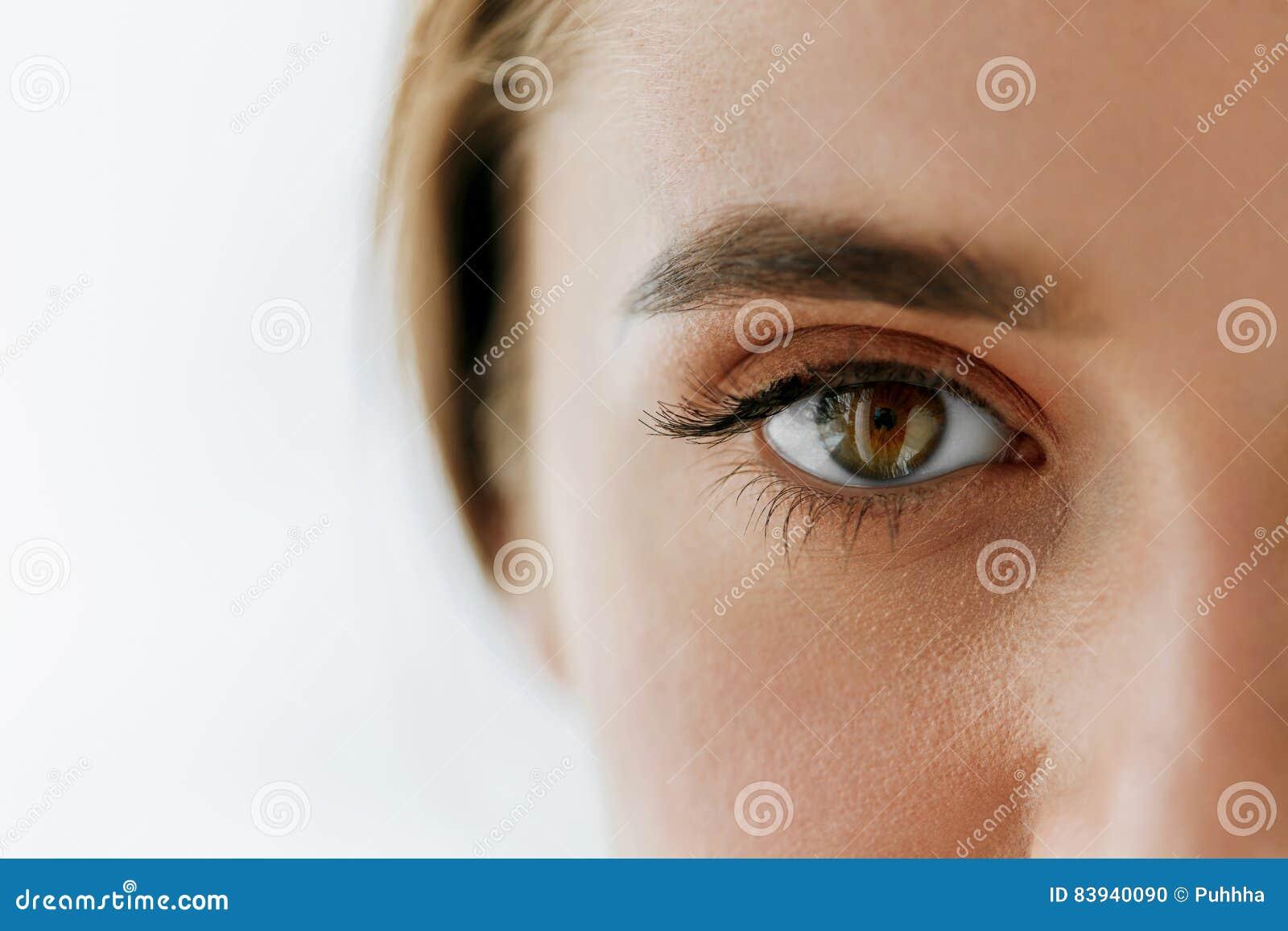 Closeup av det härliga flickaögat och ögonbrynet med naturlig makeup
