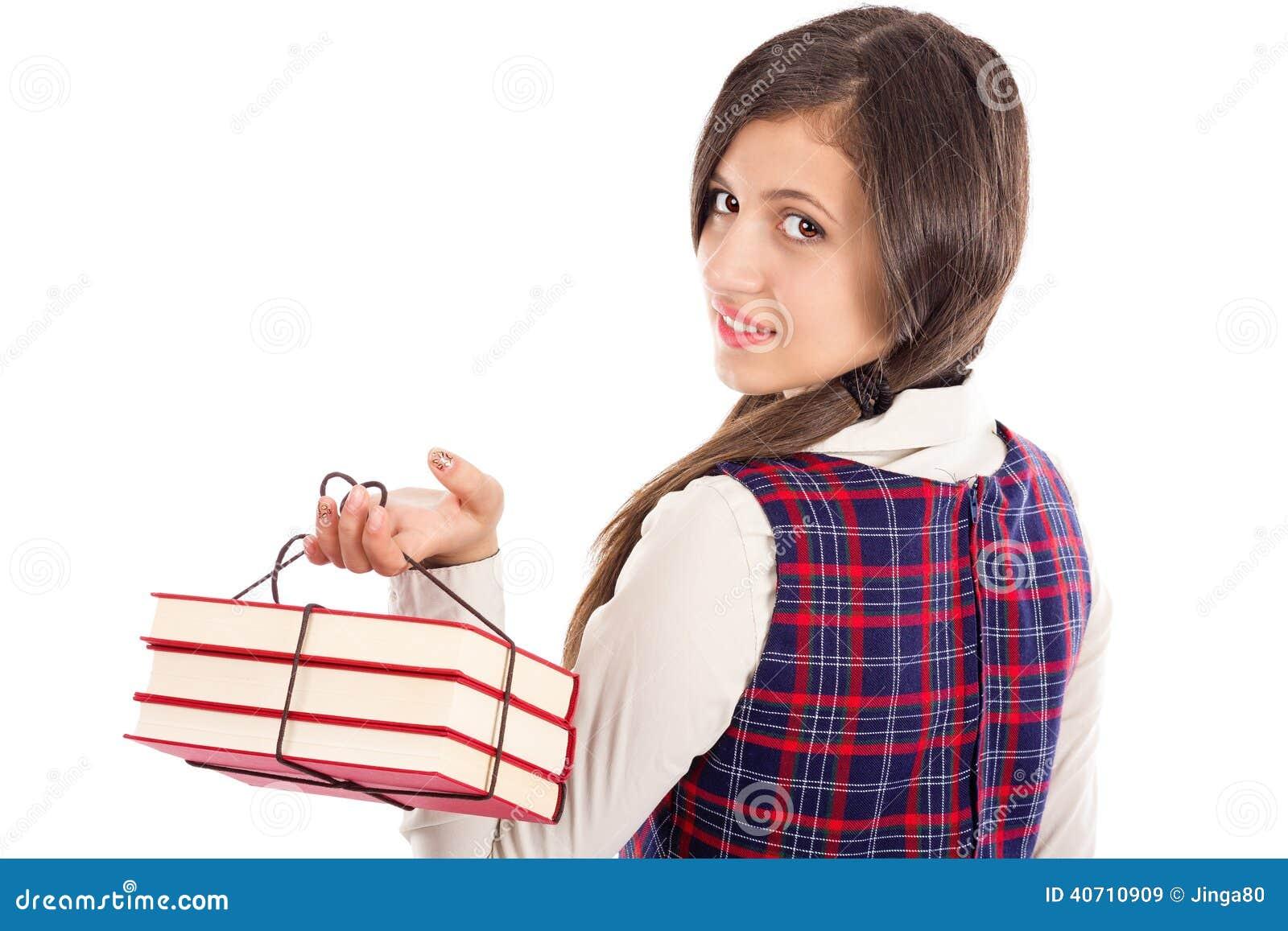 Closeup av en student som rymmer en hög av böcker