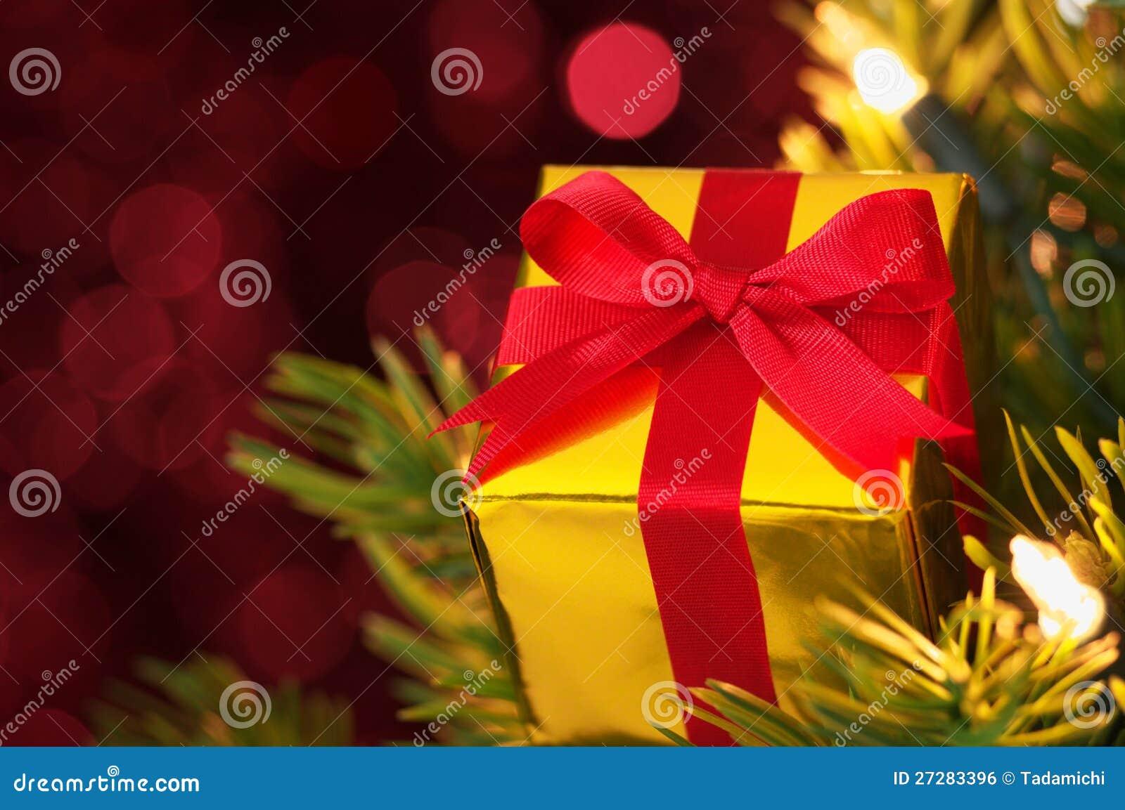 Closeup av gåvan på julgran. (horisontal)