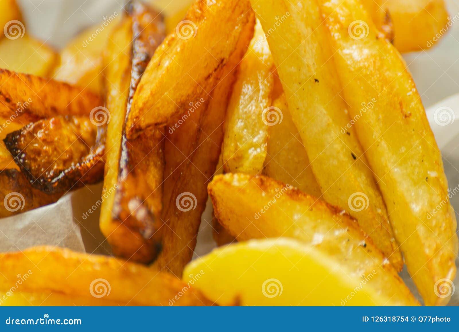 Closeup av guld- småfiskar som är förberedda från nya potatisar som är fetthaltig men