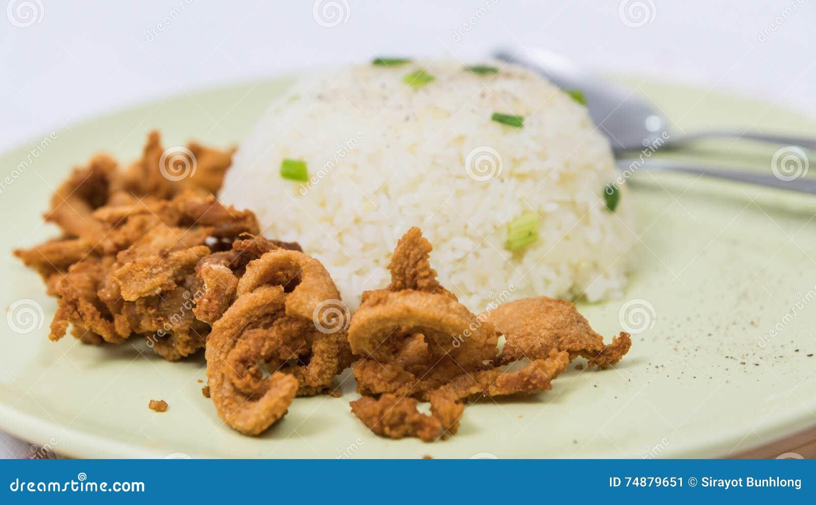 Closeup av ris och nytt stekt griskött med sesam, thai mat
