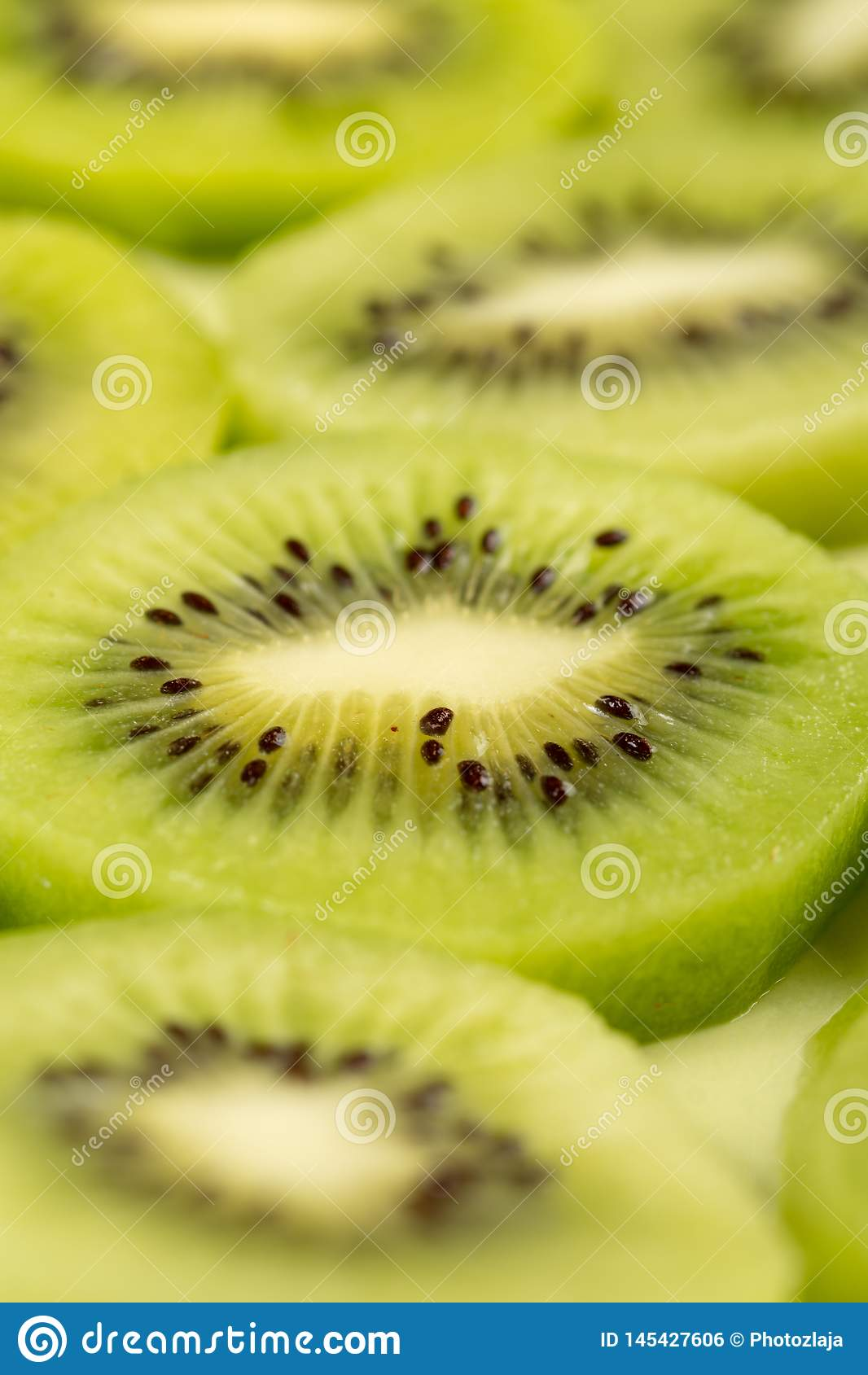 Closeup av skivade Kiwi Fruit On The Plate