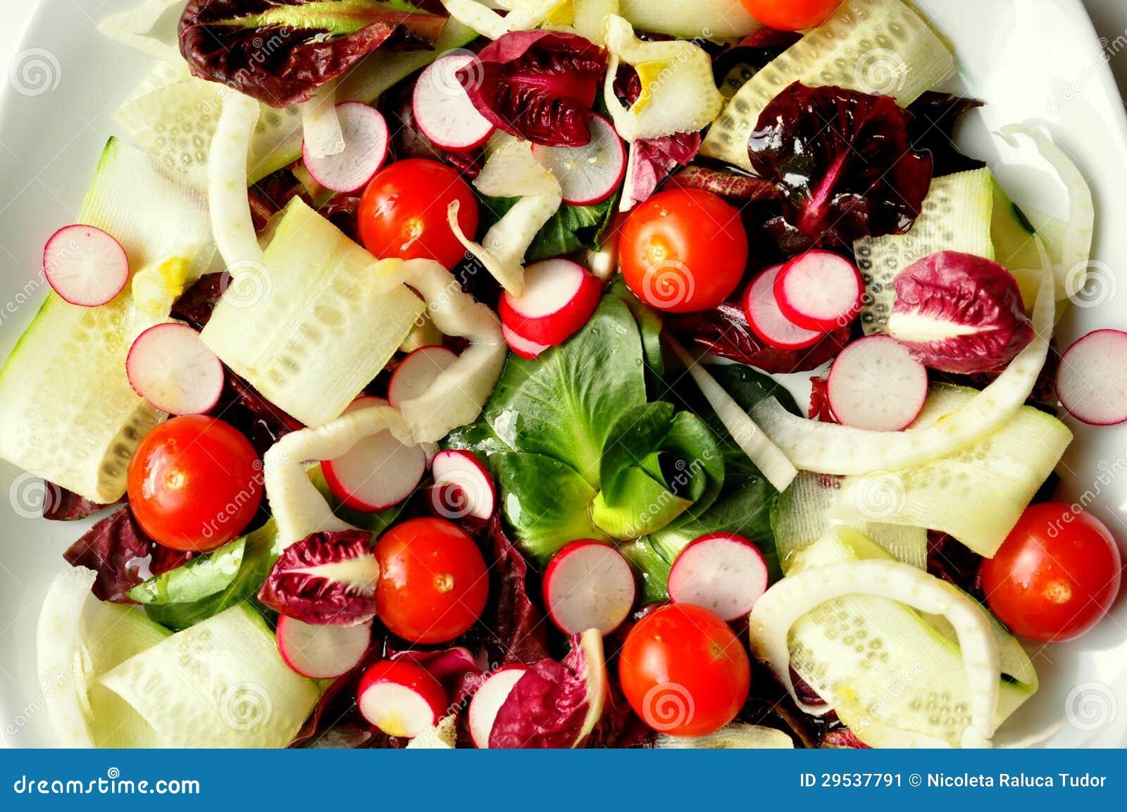 Closeup av vegansallad på en vitbakgrund