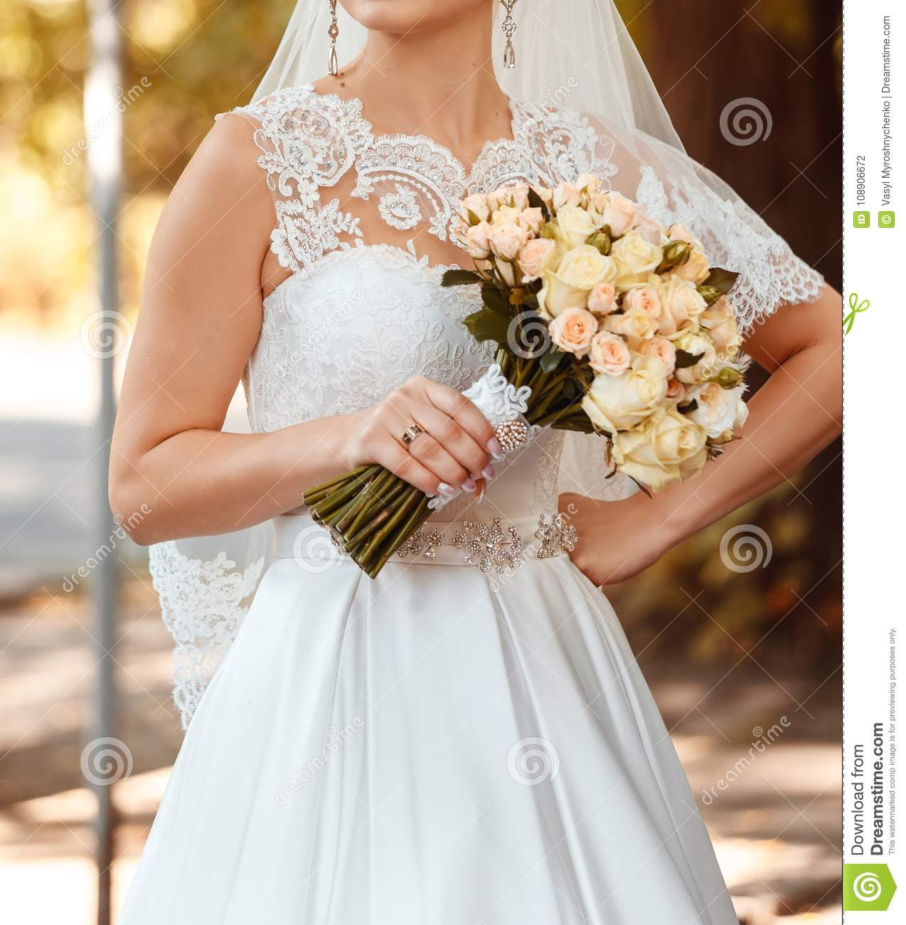 Modern Yellow Roses On Her Gown Elaboration - Wedding and flowers ...