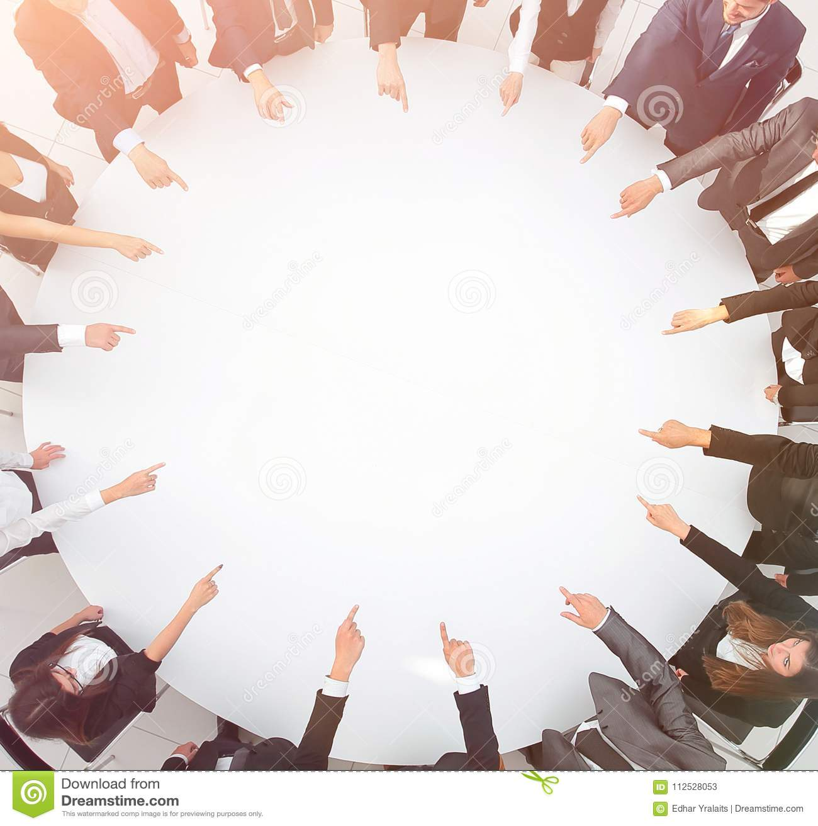 Closeup equipe do negócio que aponta no centro da tabela