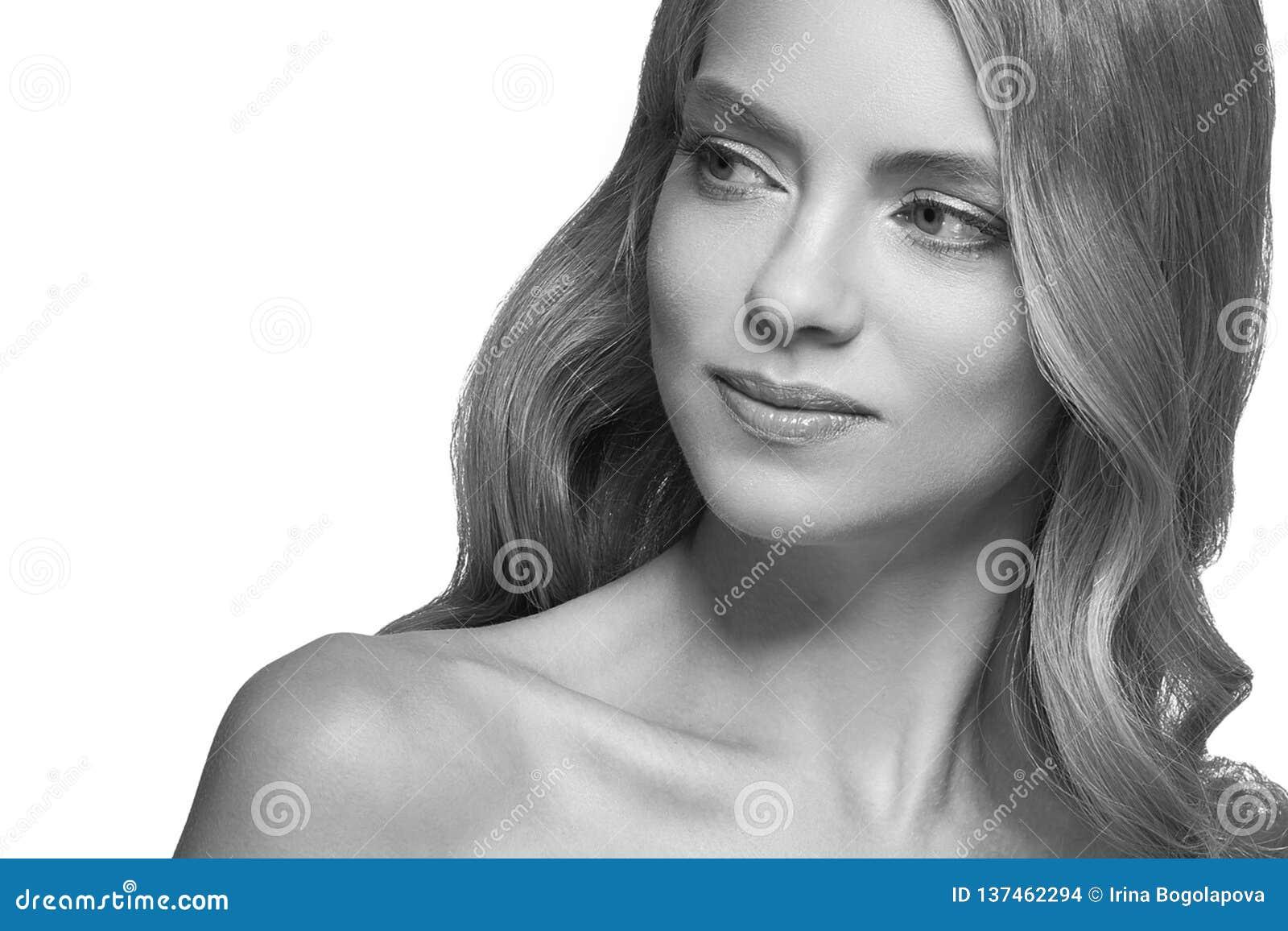 Closeup för stående för kvinnaheadshotframsida svartvit blond